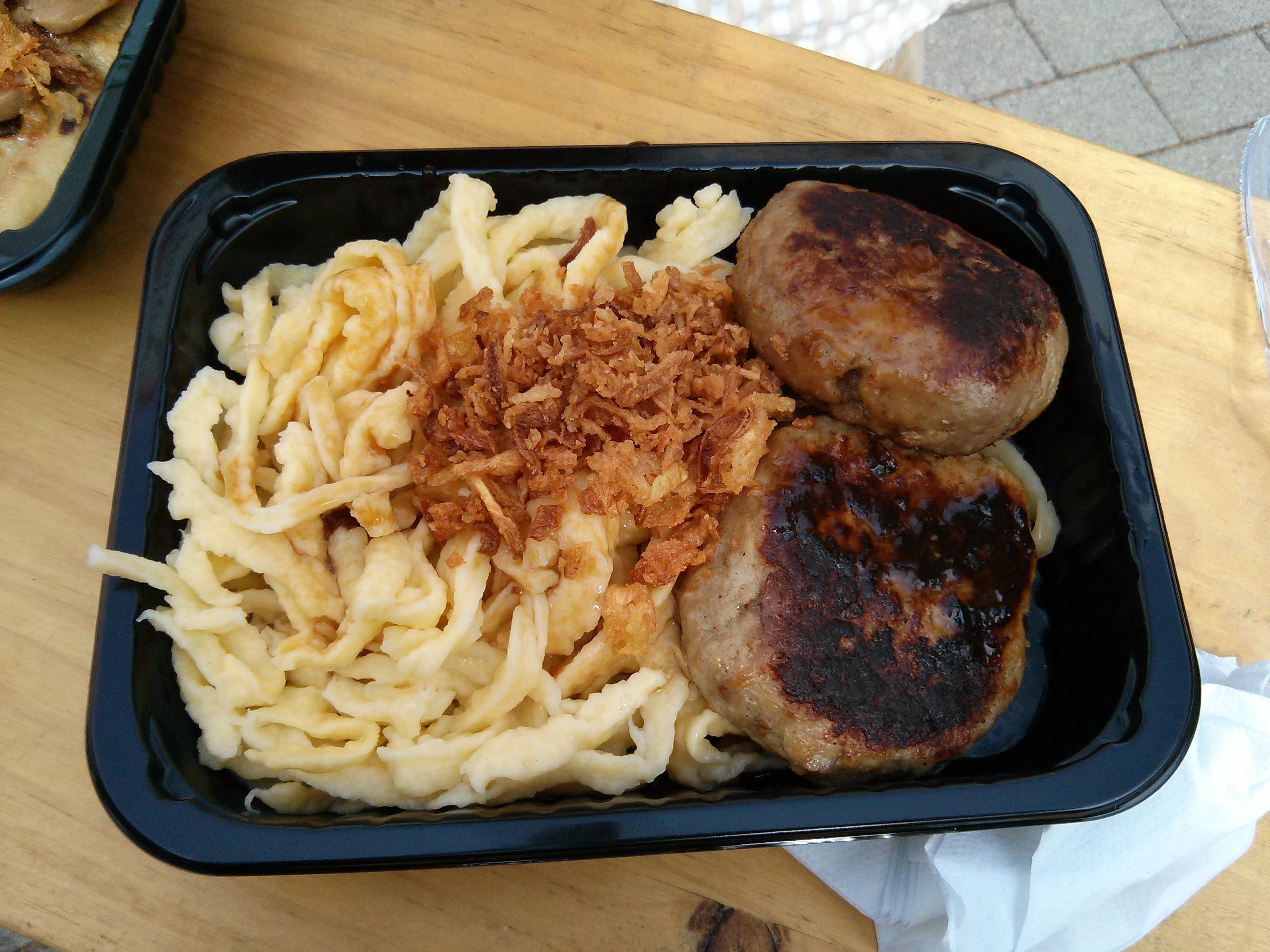 https://foodloader.net/nico_2013-07-24_fleischkuechle-mit-spaetzle-und-sauce.jpg