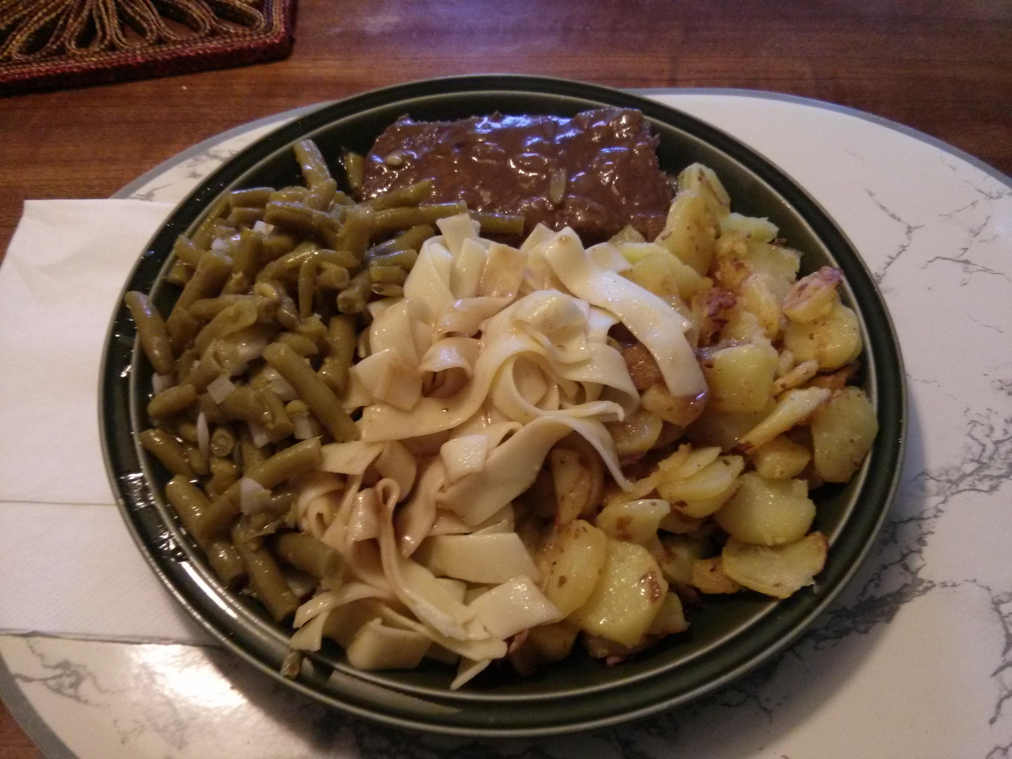 https://foodloader.net/nico_2013-07-24_rostbraten-mit-bratkartoffeln-nudeln-und-bohnensalat.jpg