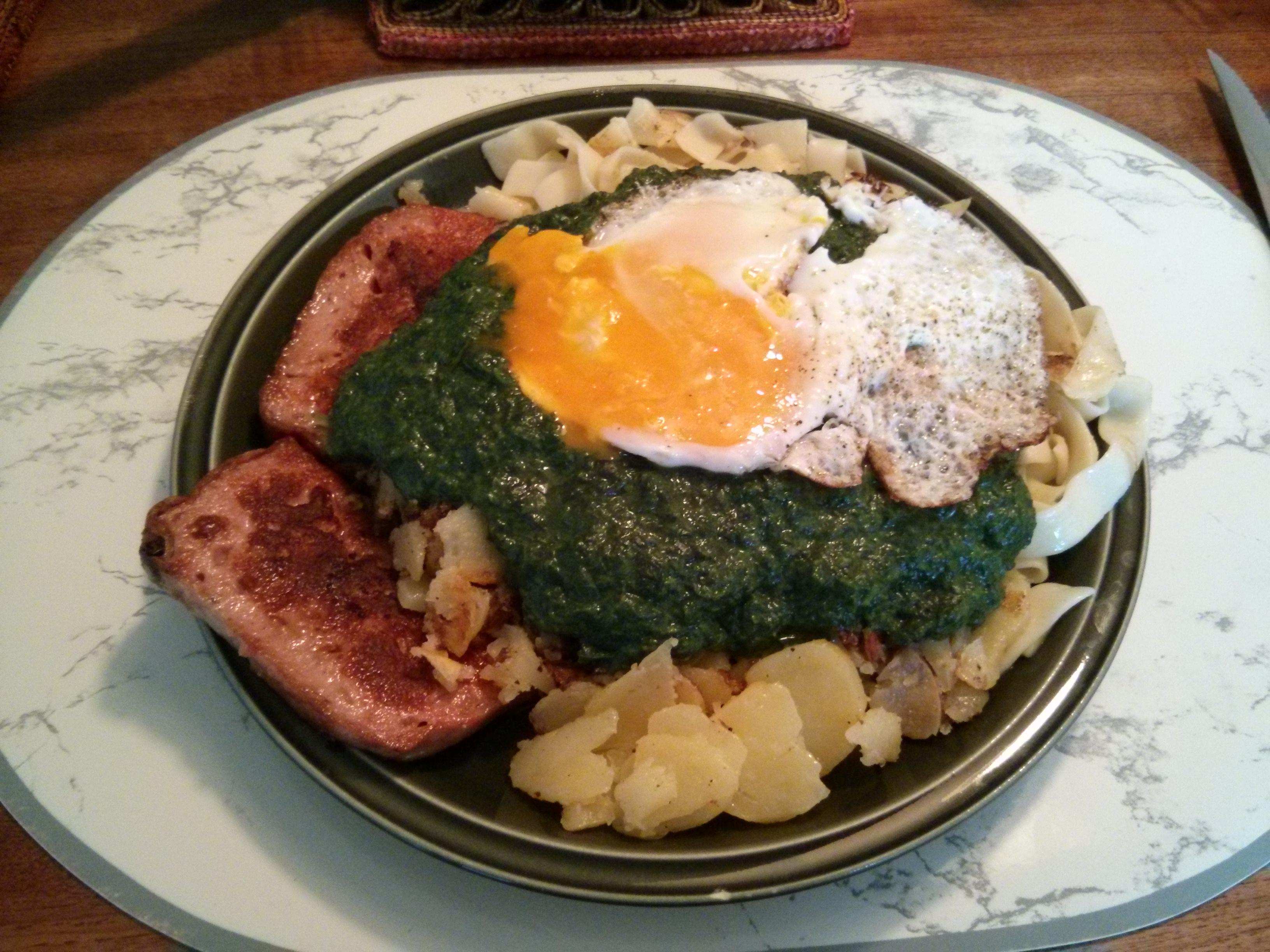 https://foodloader.net/nico_2013-08-21_zwiebelfleischkaese-spinat-nudeln-kartoffeln-spiegelei.jpg
