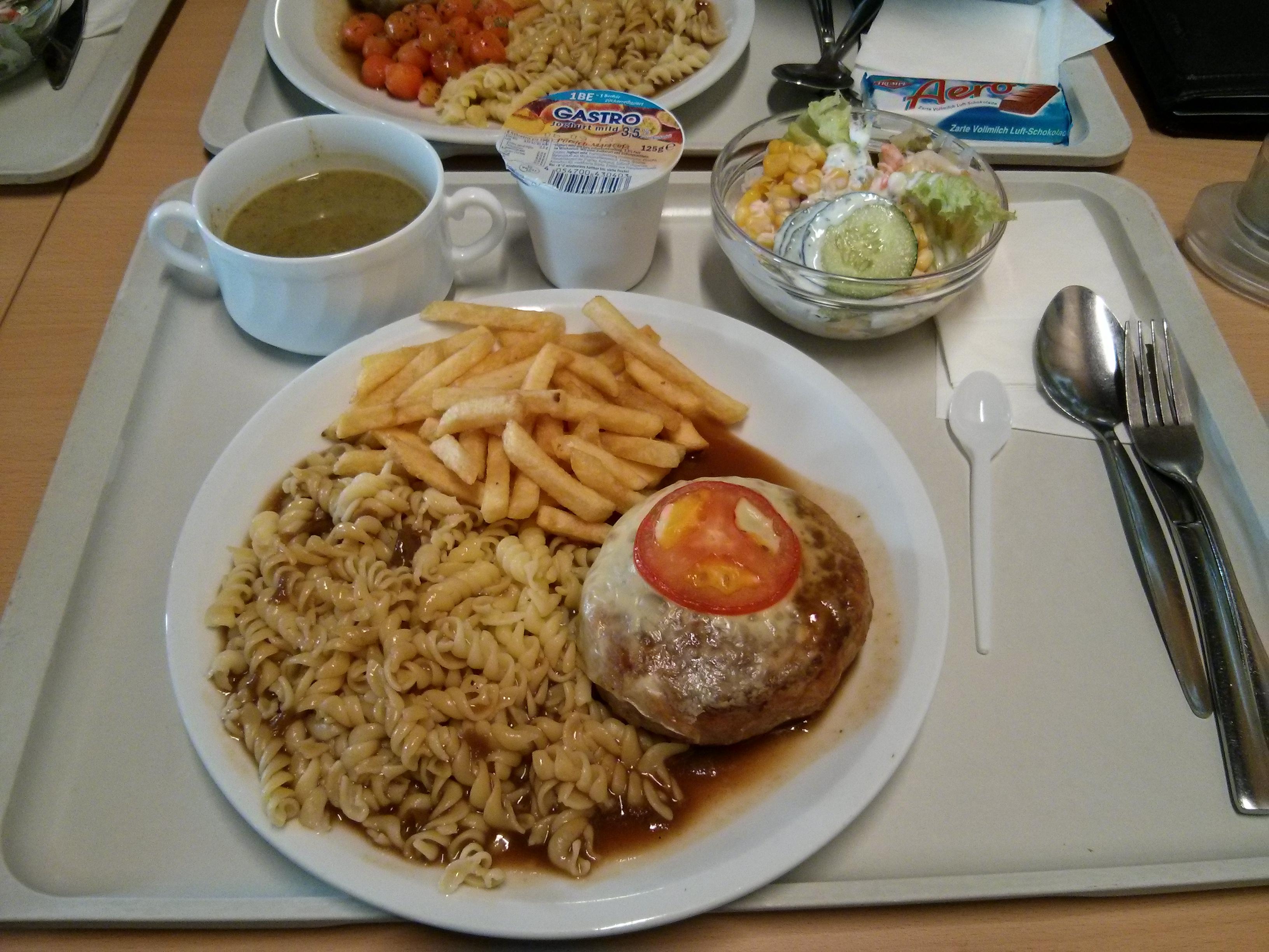 https://foodloader.net/nico_2013-08-27_fleischkuechle-mit-kaese-ueberbacken-pommes-nudeln-suppe-salat-nachtisch.jpg