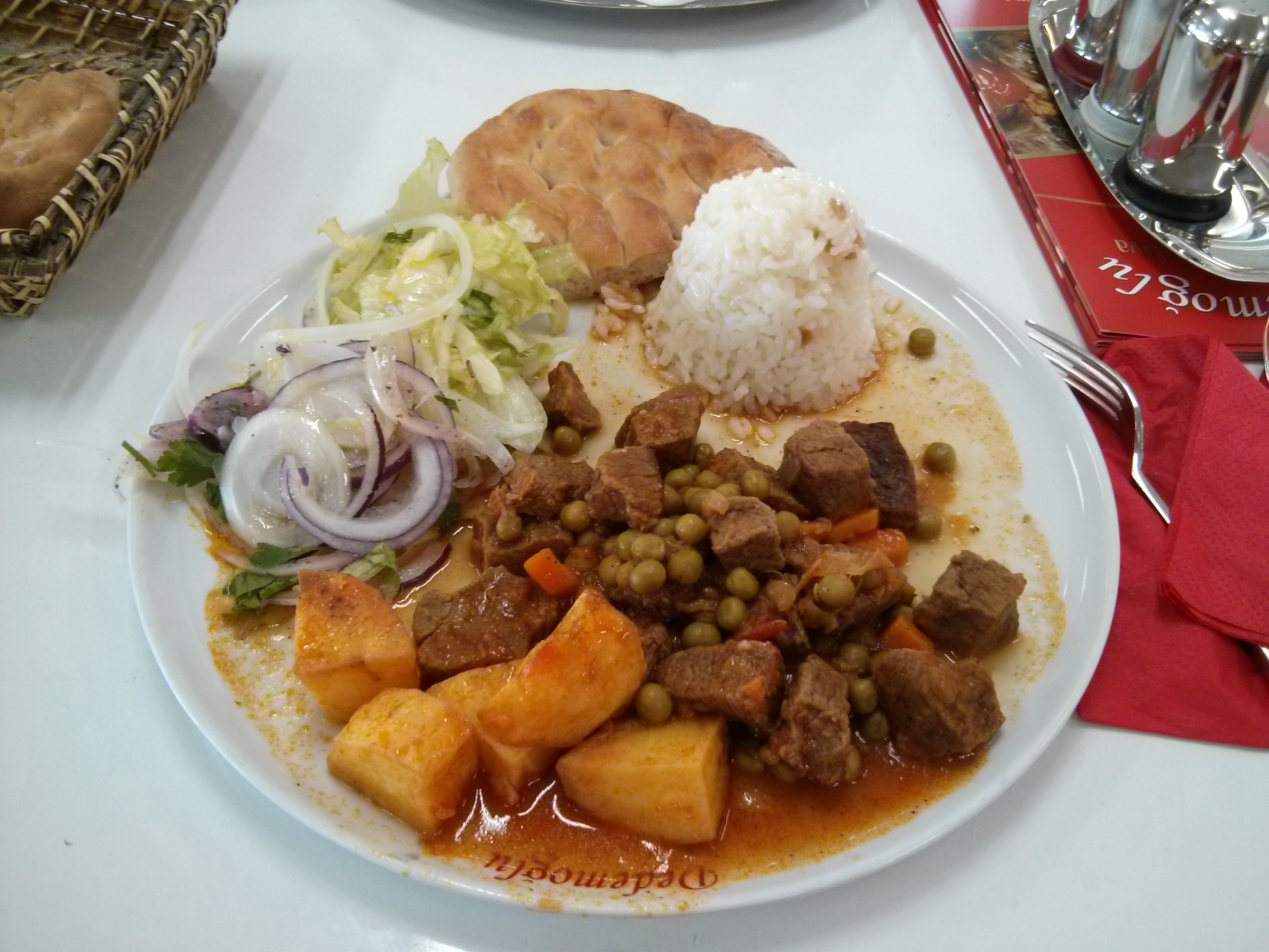 https://foodloader.net/nico_2013-09-06_rindfleisch-mit-erbsen-und-kartoffeln-mit-reis-salat-und-brot.jpg