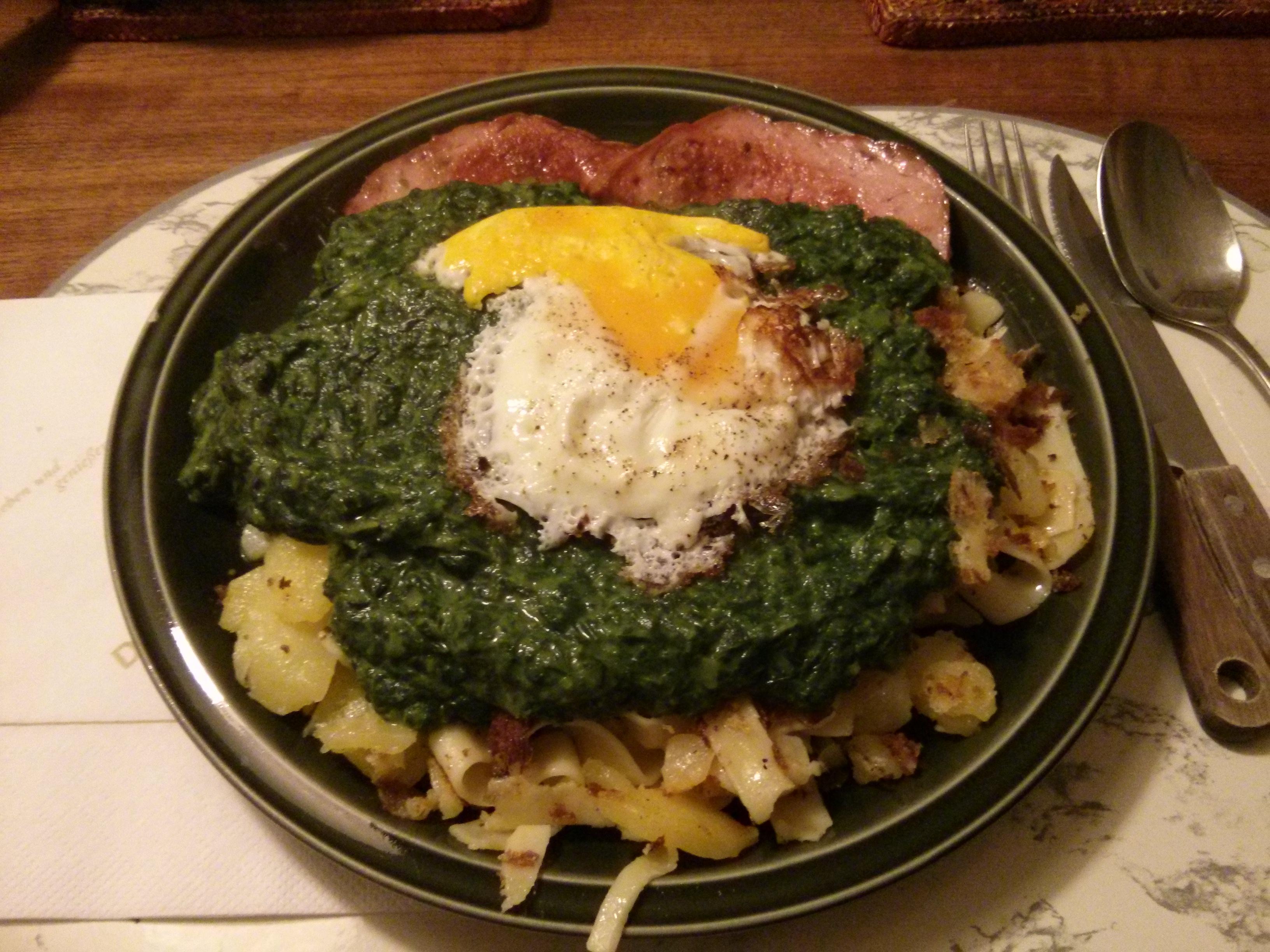 https://foodloader.net/nico_2013-09-11_fleischkaese-spinat-bratkartoffeln-nudeln-spiegelei.jpg