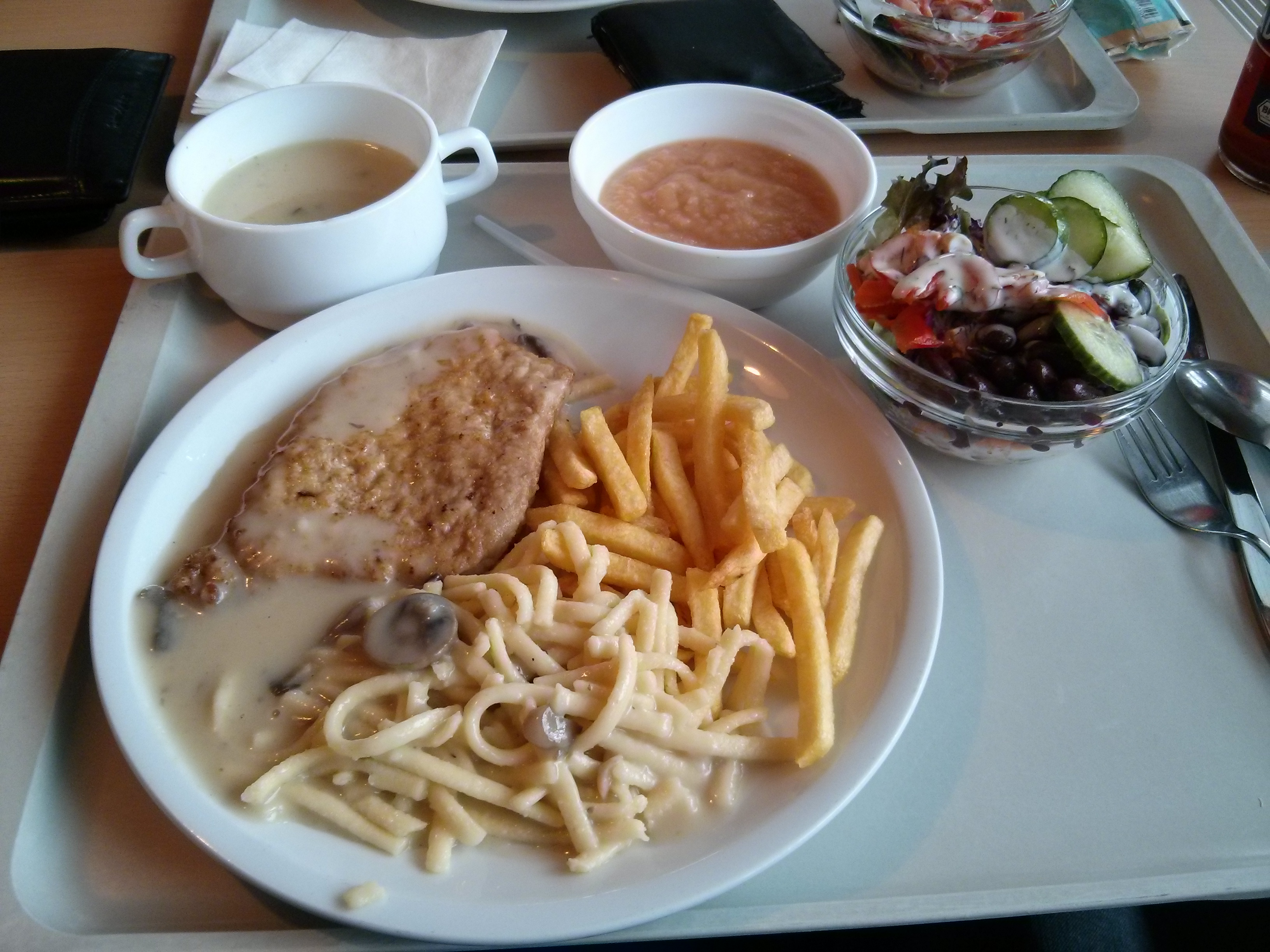 https://foodloader.net/nico_2013-09-12_pfefferrahmschnitzel-pommes-spaetzle-suppe-salat-apfelmus.jpg