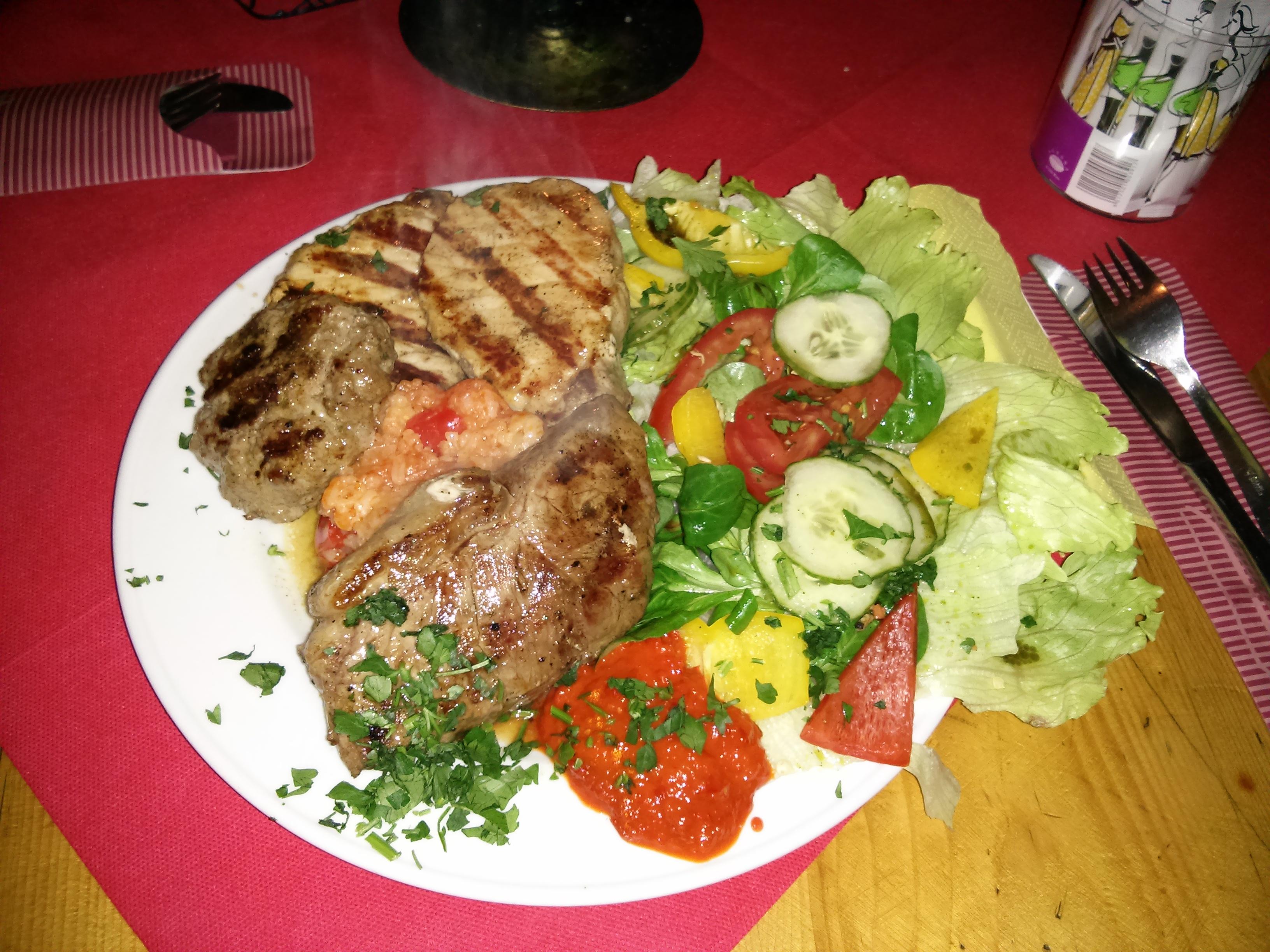 http://foodloader.net/nico_2013-10-25_grillteller-mit-salat.jpg