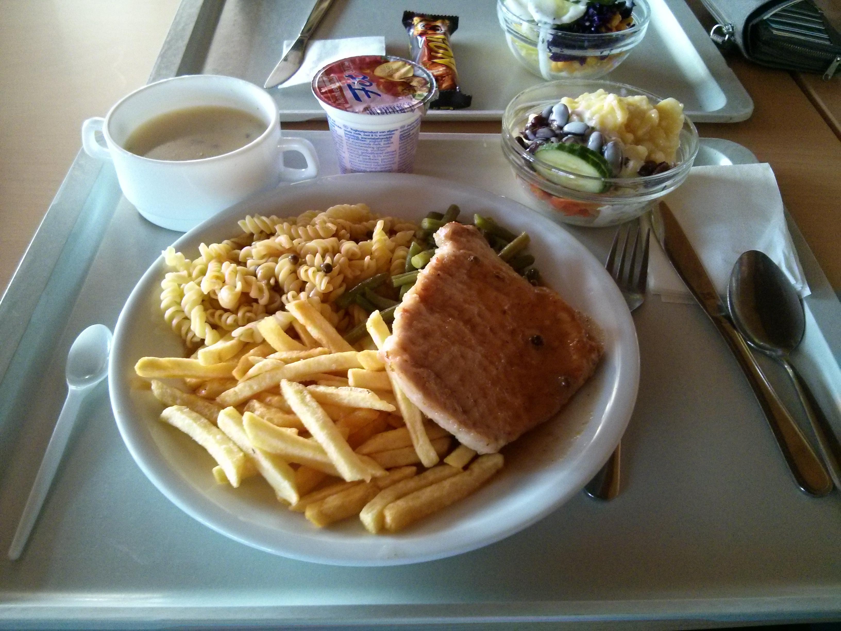 https://foodloader.net/nico_2013-10-31_rueckensteak-mit-nudeln-kartoffeln-und-bohnen-mit-suppe-salat-und-joghurt.jpg