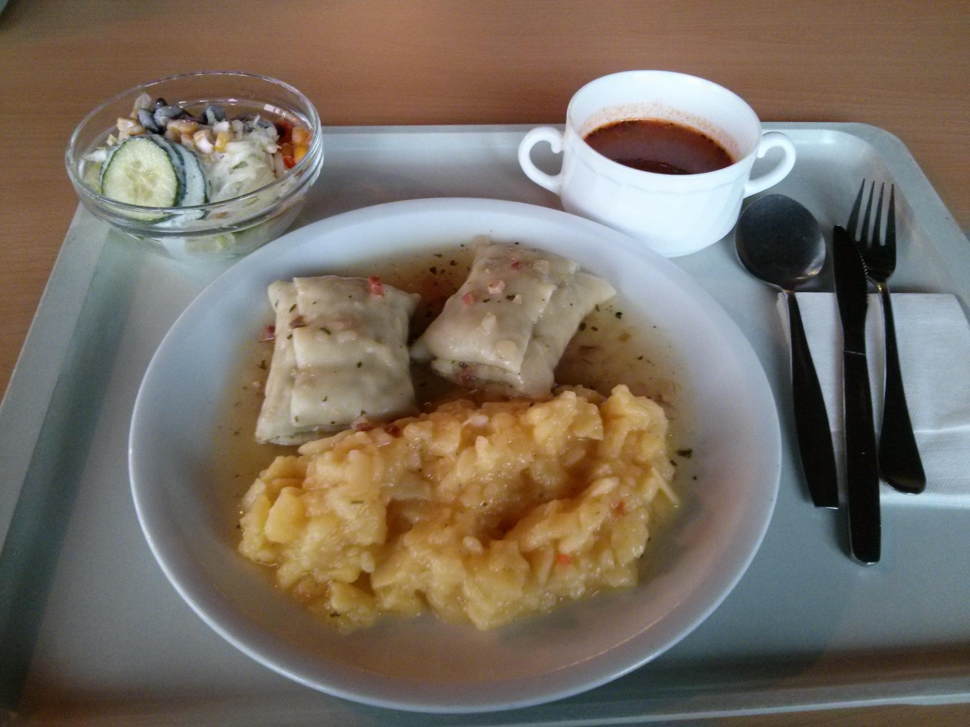 https://foodloader.net/nico_2013-11-20_maultaschen-mit-kartoffelsalat-und-tomatensuppe-und-salat.jpg