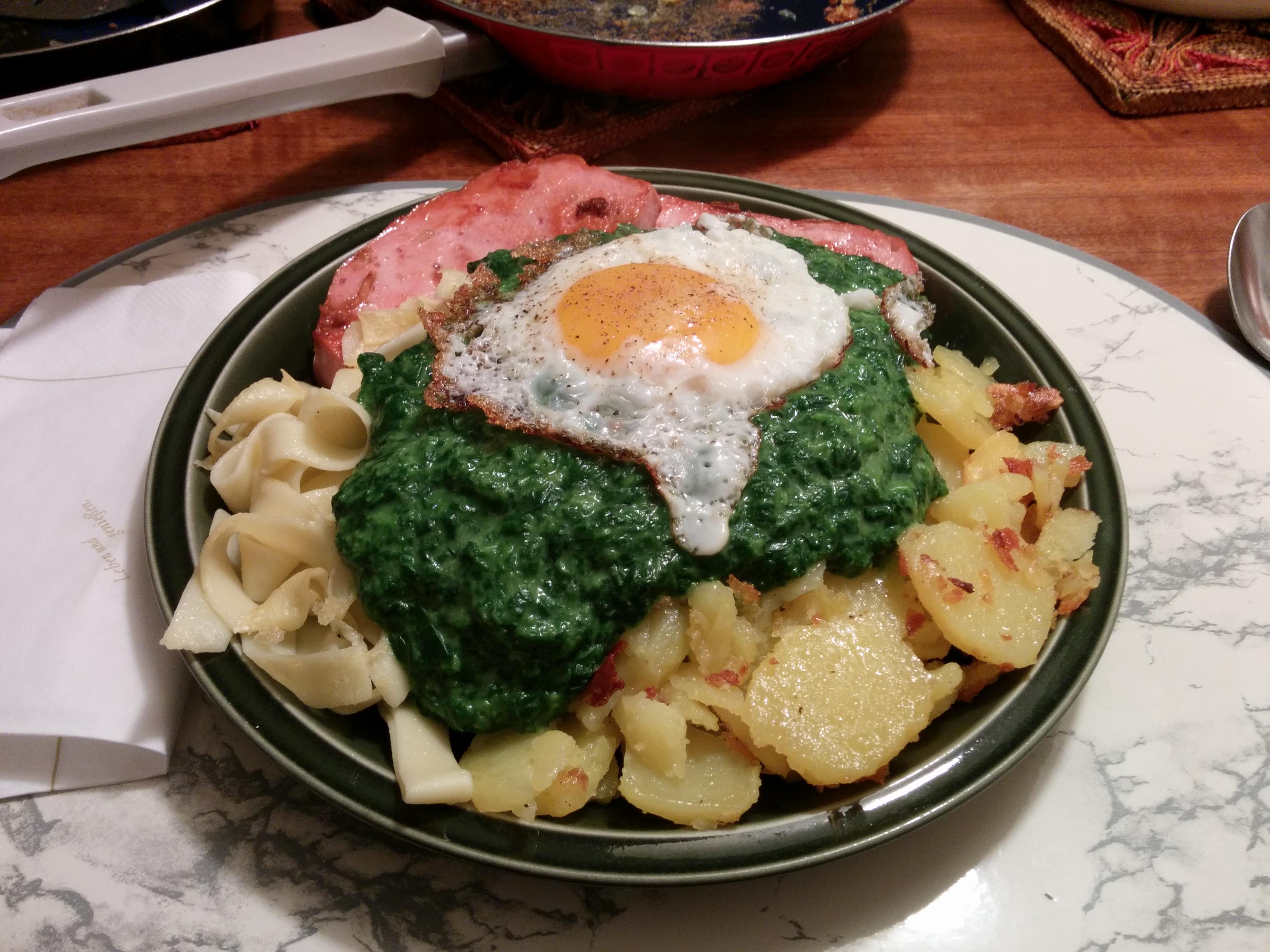 https://foodloader.net/nico_2013-11-20_zwiebelfleischkaese-mit-spinat-nudeln-bratkartoffeln-und-spiegelei.jpg