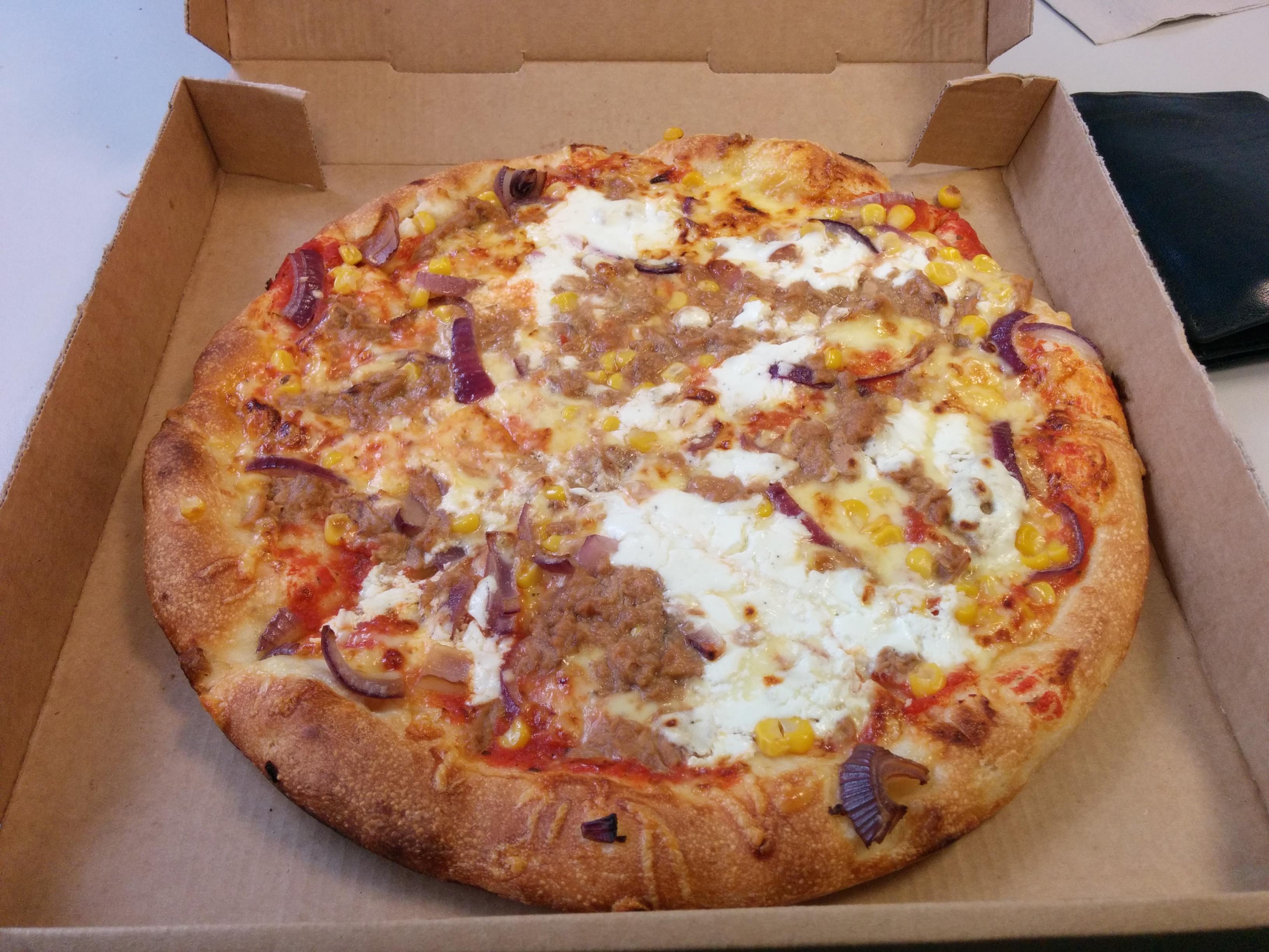 https://foodloader.net/nico_2013-11-29_pizza-mit-thunfisch-schmand-mais-und-roten-zwiebeln.jpg