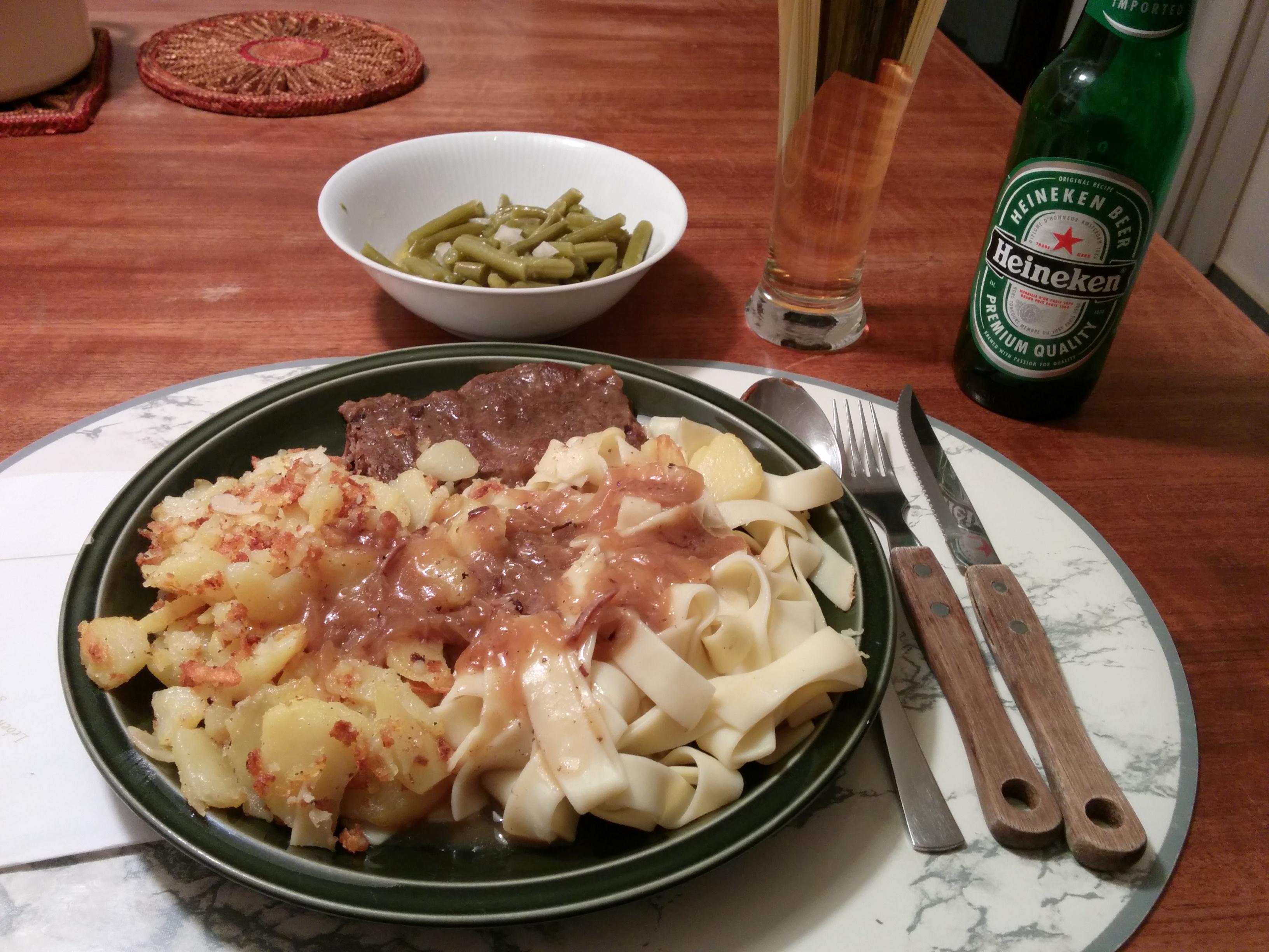 https://foodloader.net/nico_2013-12-04_zwiebelrostbraten-mit-bratkartoffeln-nudeln-und-bohnensalat.jpg