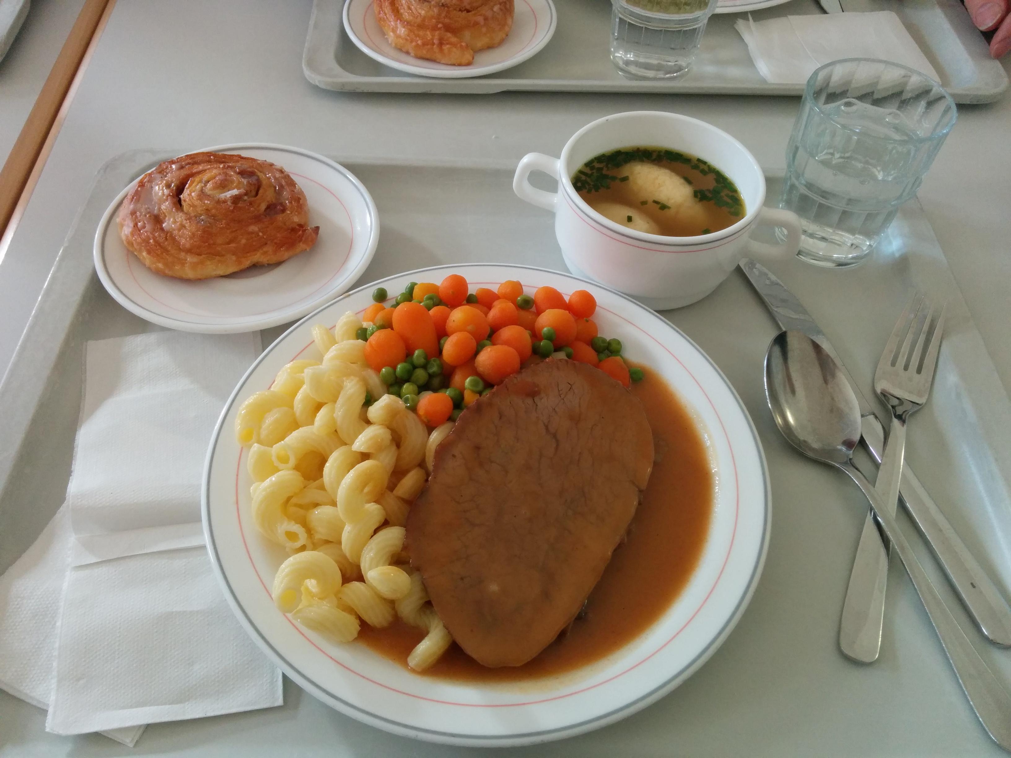 https://foodloader.net/nico_2013-12-05_sauerbraten-mit-nudeln-und-gemuese-mit-suppe-und-suessem-stueckchen.jpg