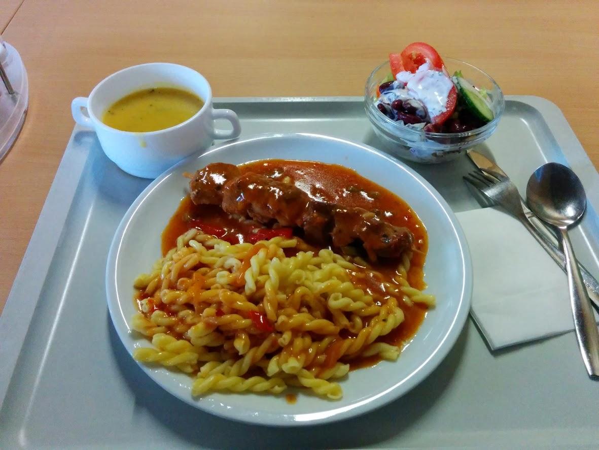 https://foodloader.net/nico_2013-12-11_fleischspiess-mit-nudeln-suppe-und-salat.jpg