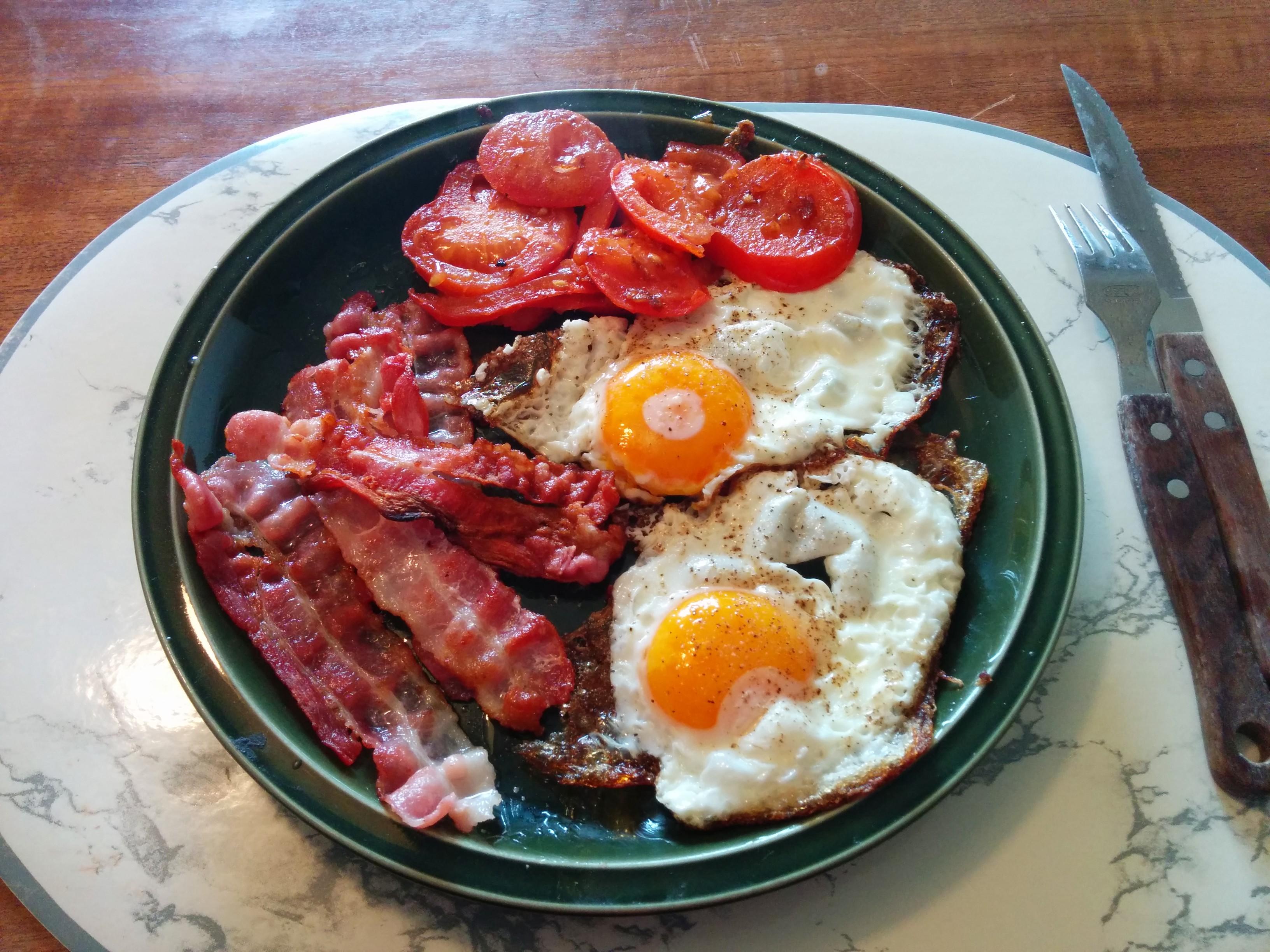 https://foodloader.net/nico_2014-01-12_spiegeleier-mit-speck-und-tomate.jpg