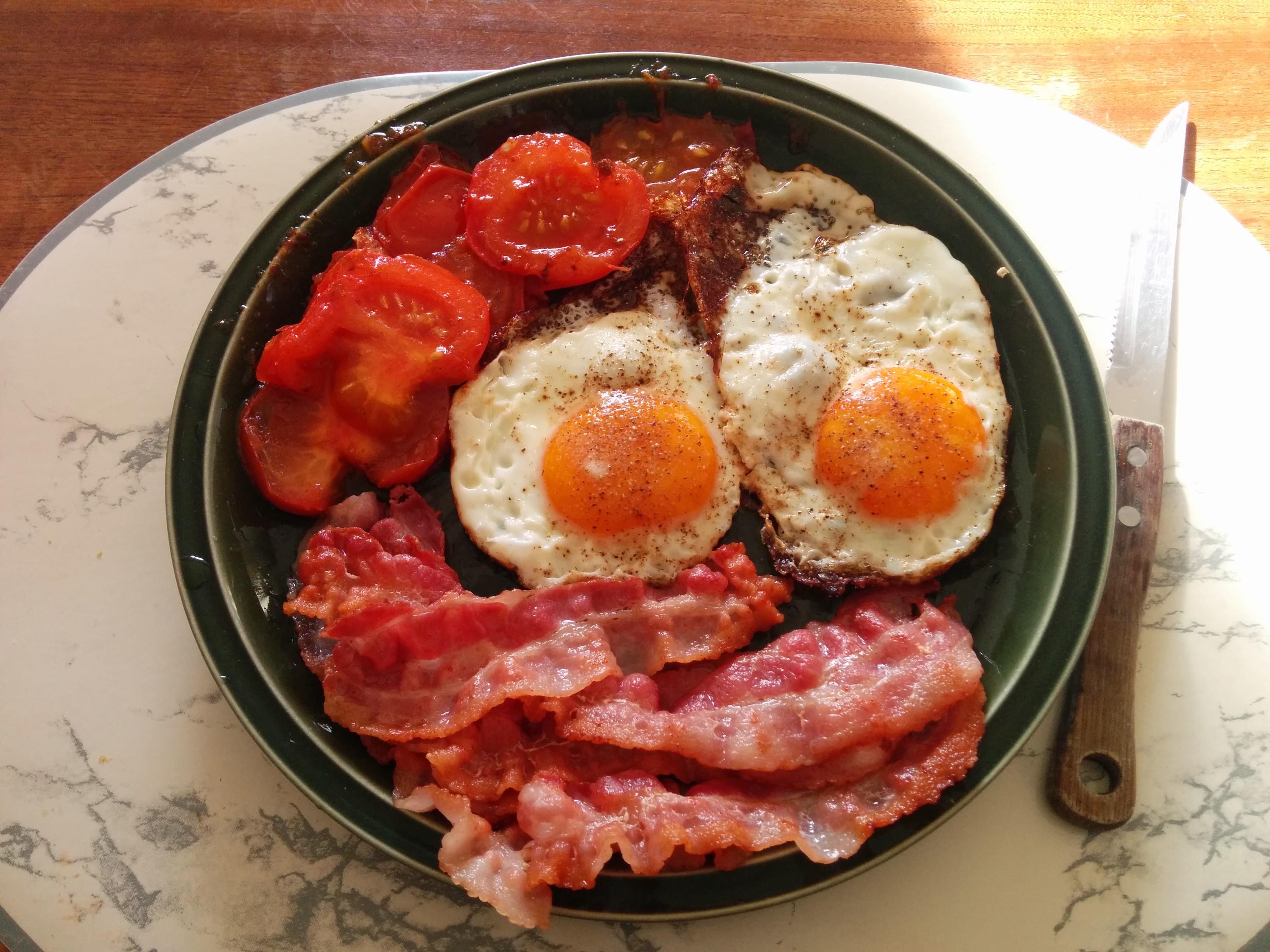 https://foodloader.net/nico_2014-01-19_spiegeleier-mit-speck-und-tomate.jpg