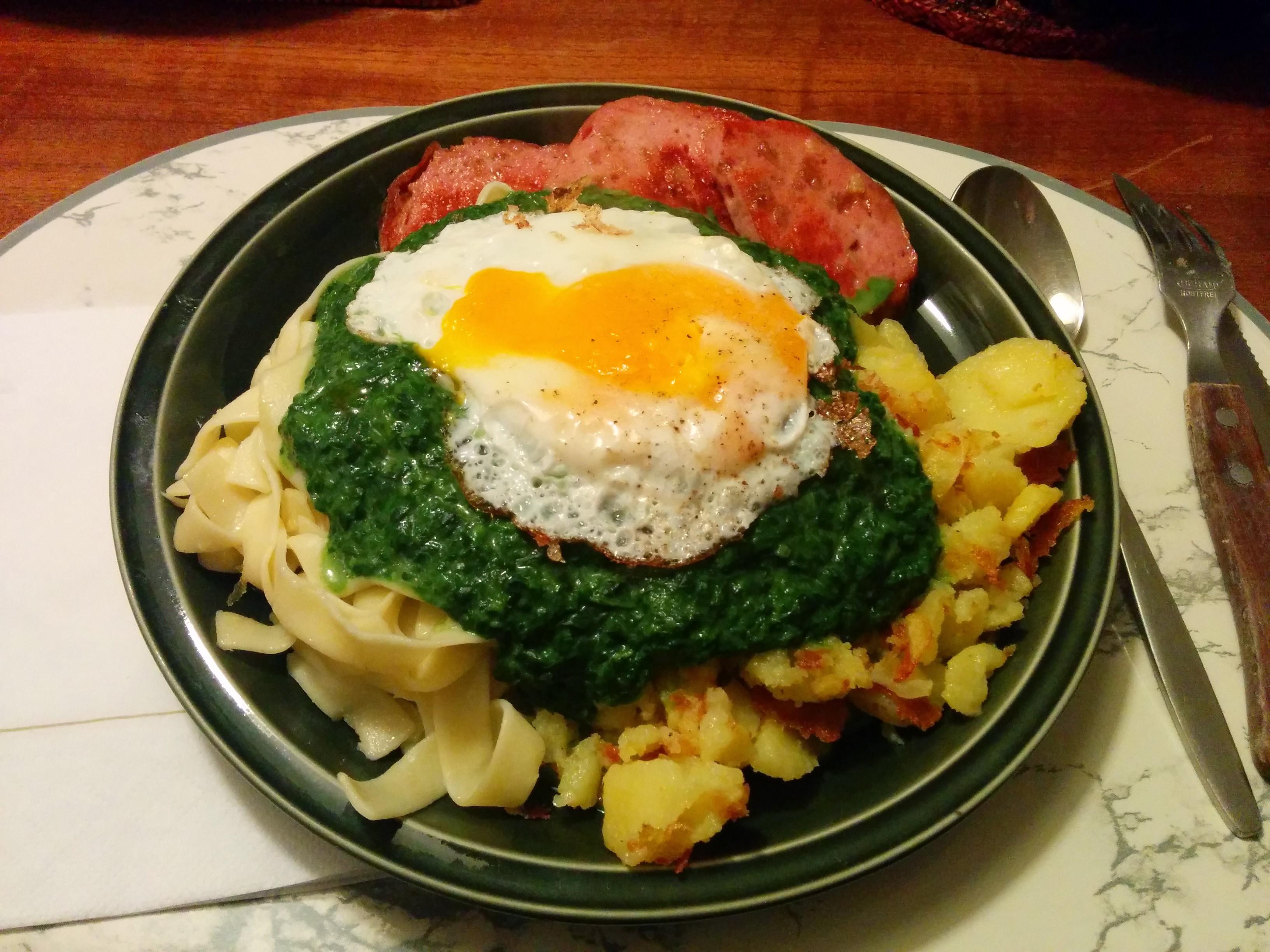 https://foodloader.net/nico_2014-01-29_zwiebelfleischkaese-mit-spinat-nudeln-bratkartoffeln-und-spiegelei.jpg