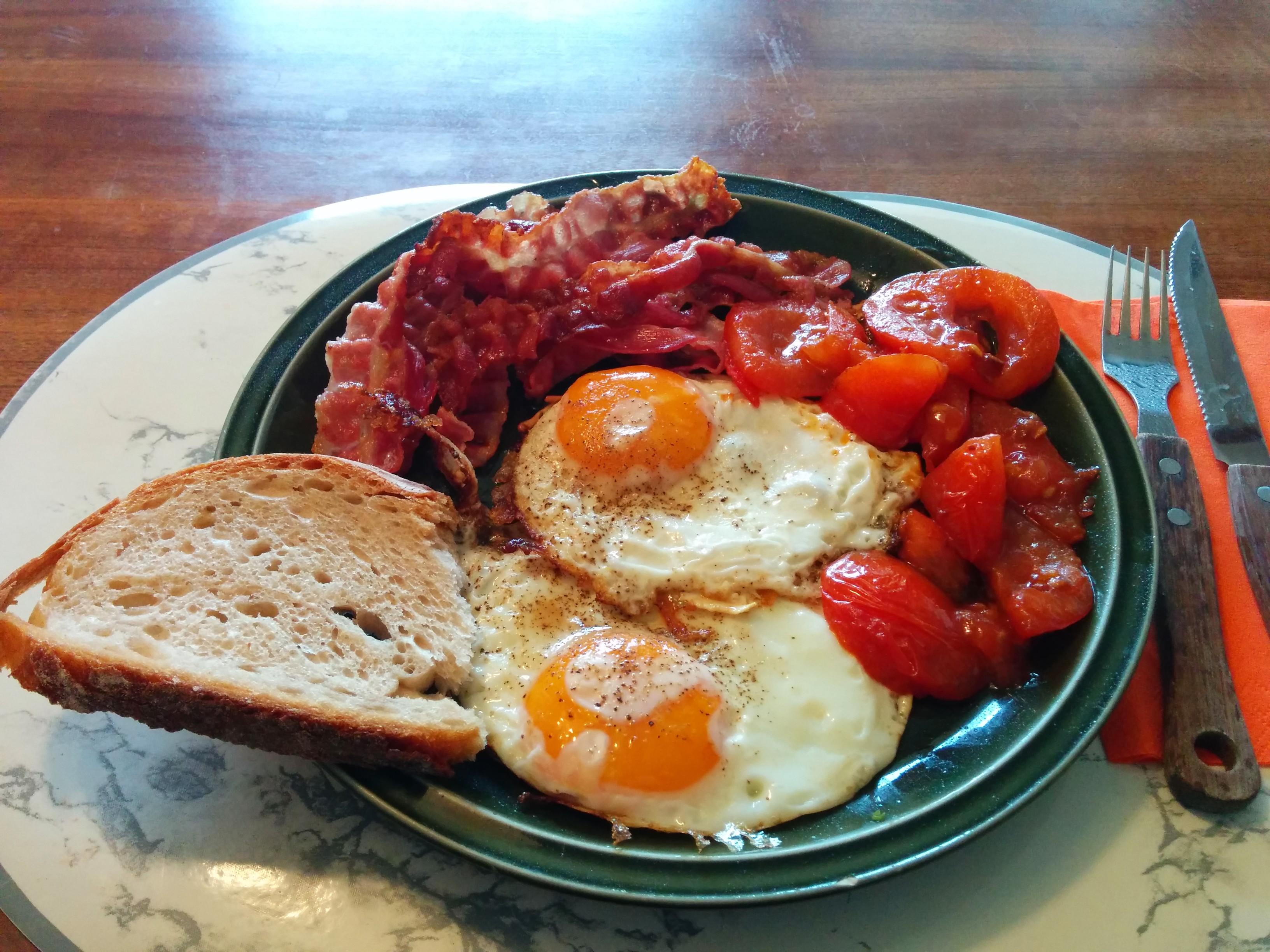 http://foodloader.net/nico_2014-02-16_spiegeleier-mit-bacon-und-tomate.jpg