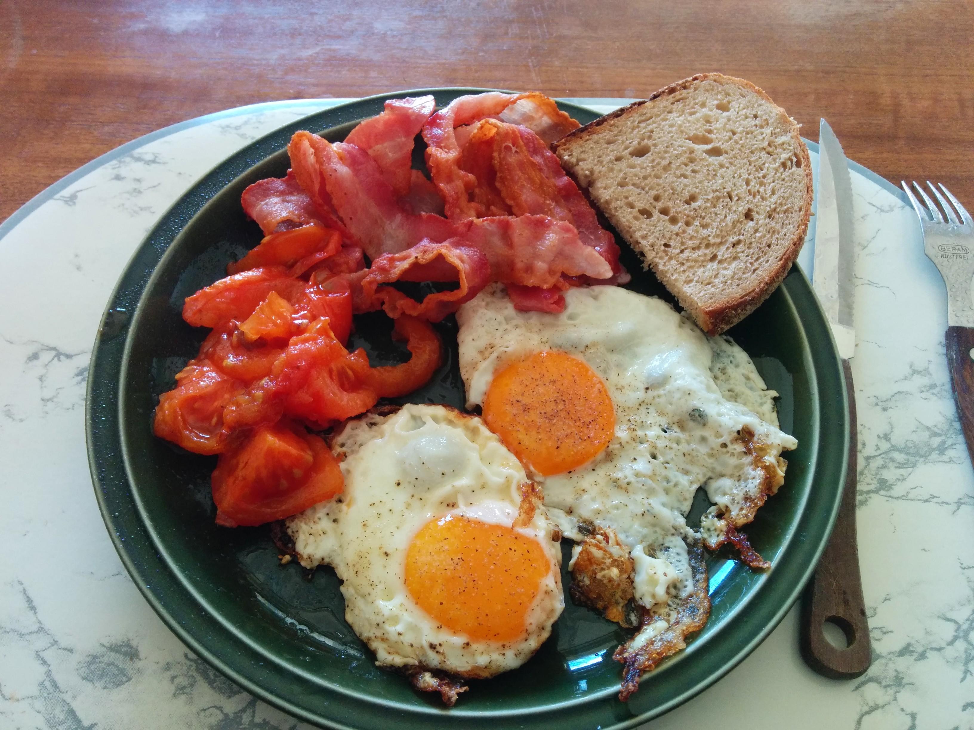 https://foodloader.net/nico_2014-02-23_spiegeleier-mit-bacon-tomate-und-brot.jpg