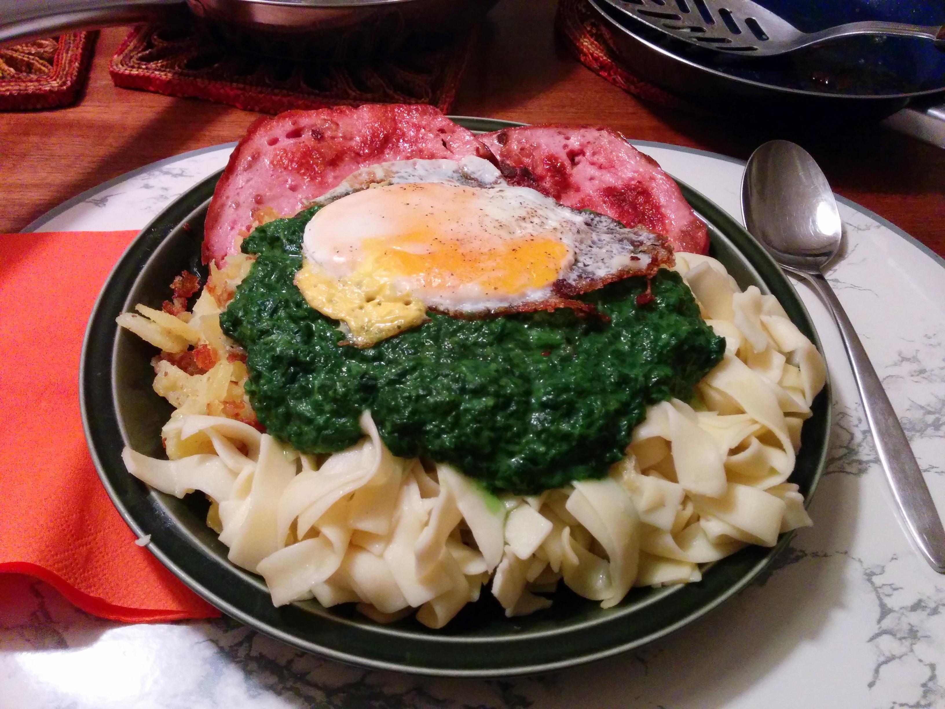 https://foodloader.net/nico_2014-02-26_zwiebelfleischkaese-mit-spinat-nudeln-bratkartoffeln-und-spiegelei.jpg