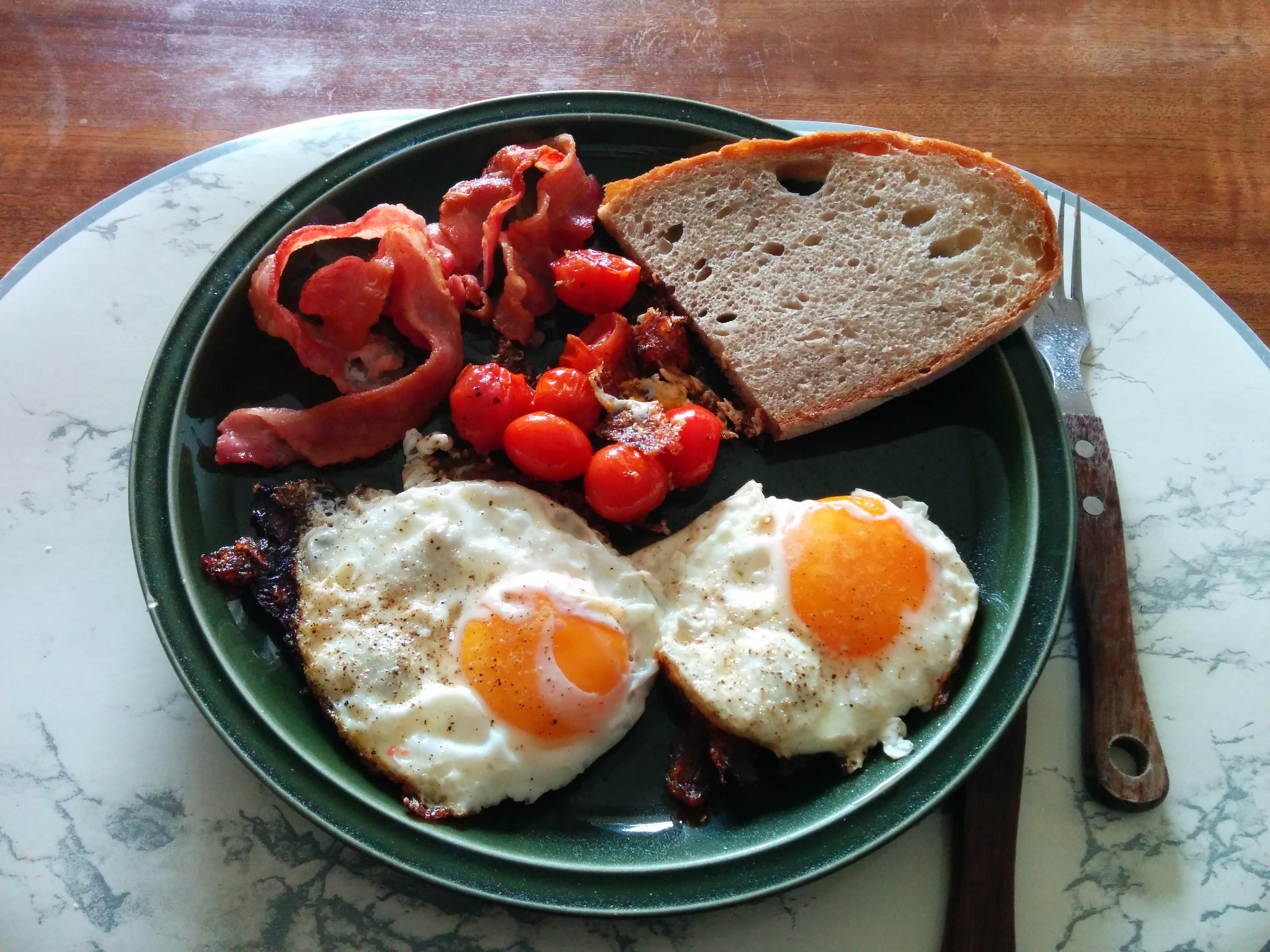 https://foodloader.net/nico_2014-03-01_spiegeleier-mit-bacon-tomate-und-brot.jpg