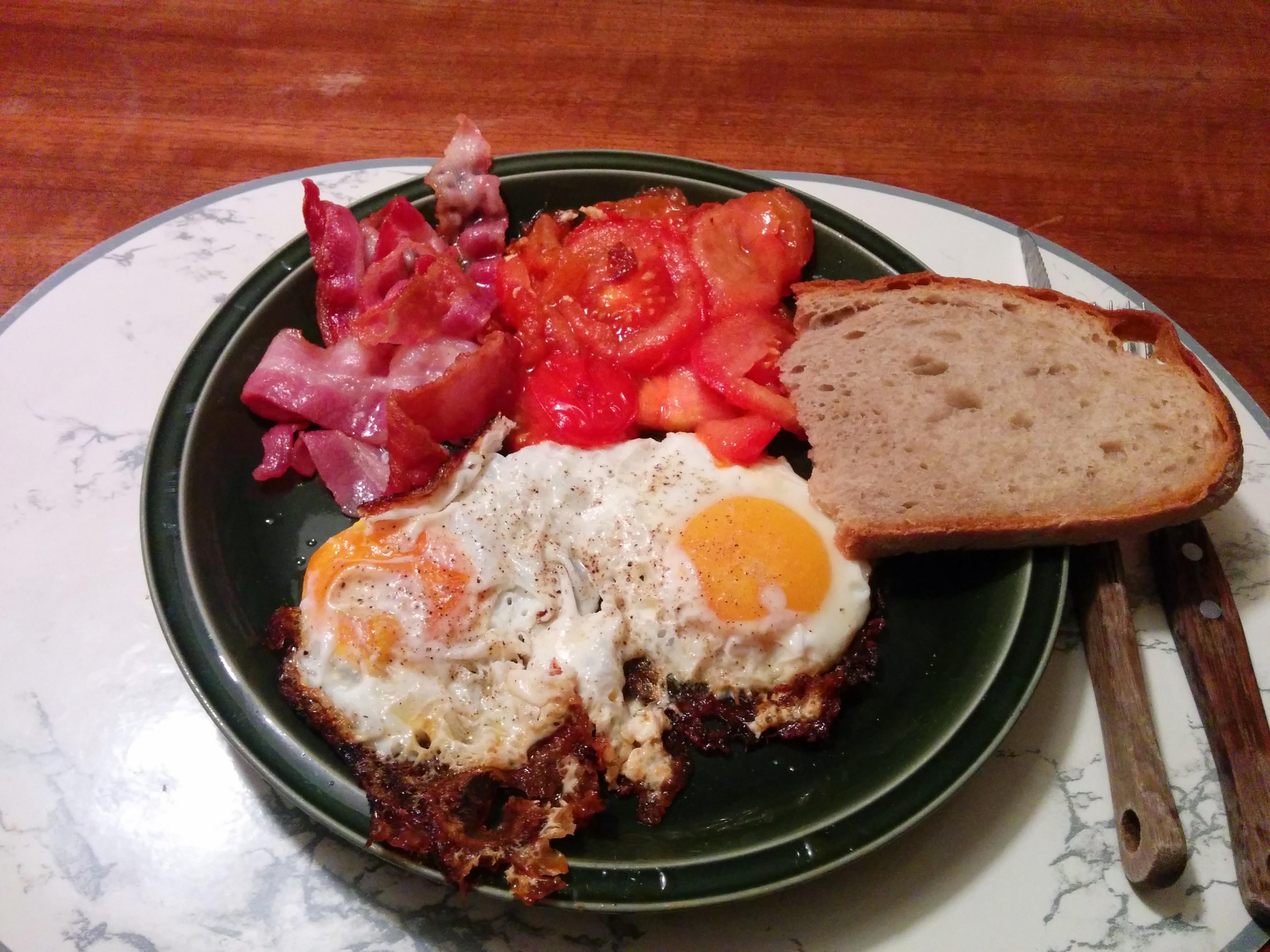 https://foodloader.net/nico_2014-03-02_spiegeleier-mit-bacon-tomate-und-brot.jpg