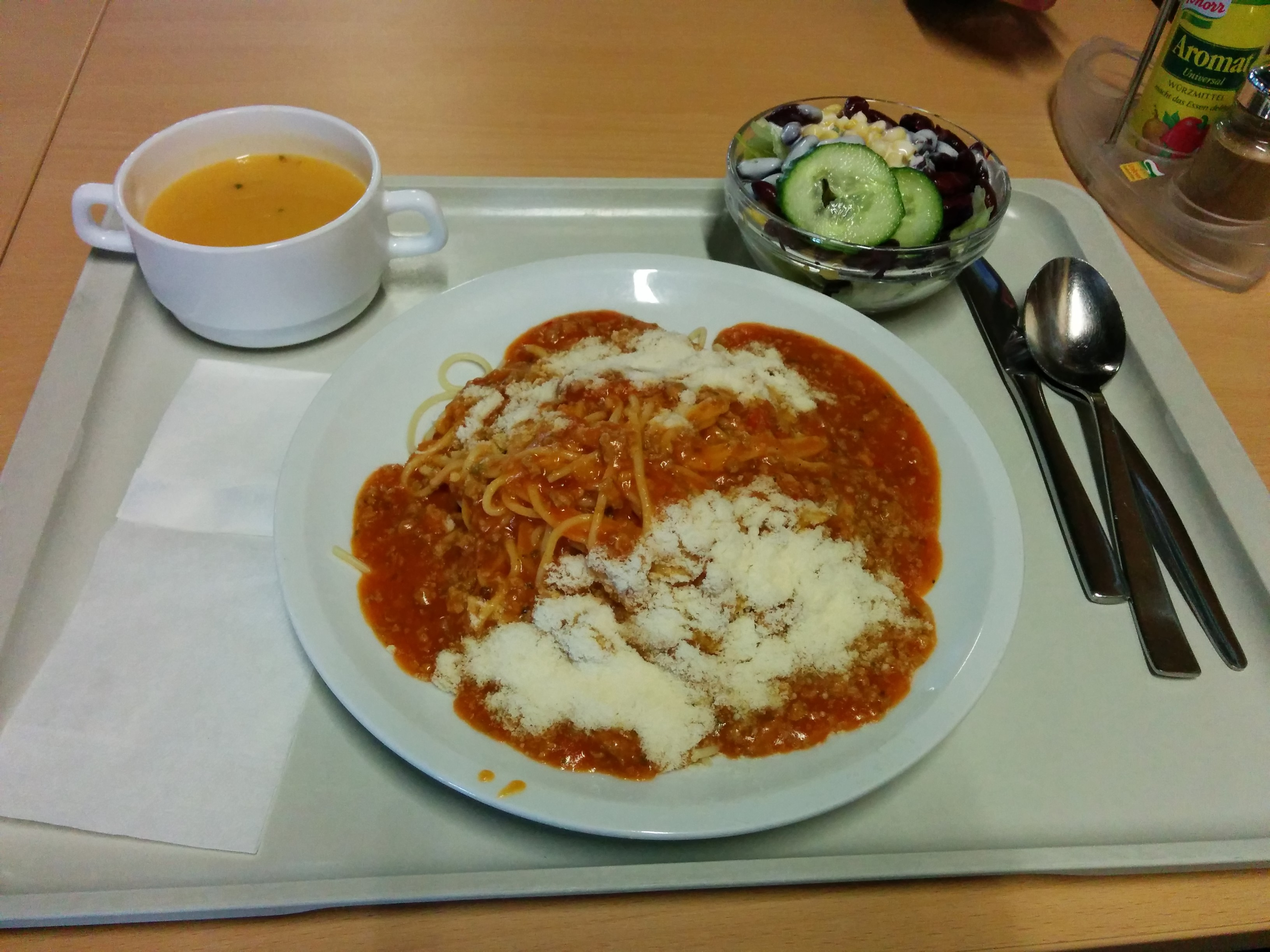 https://foodloader.net/nico_2014-03-03_spaghetti-bolognese-mit-parmesan-salat-und-karottencremesuppe.jpg