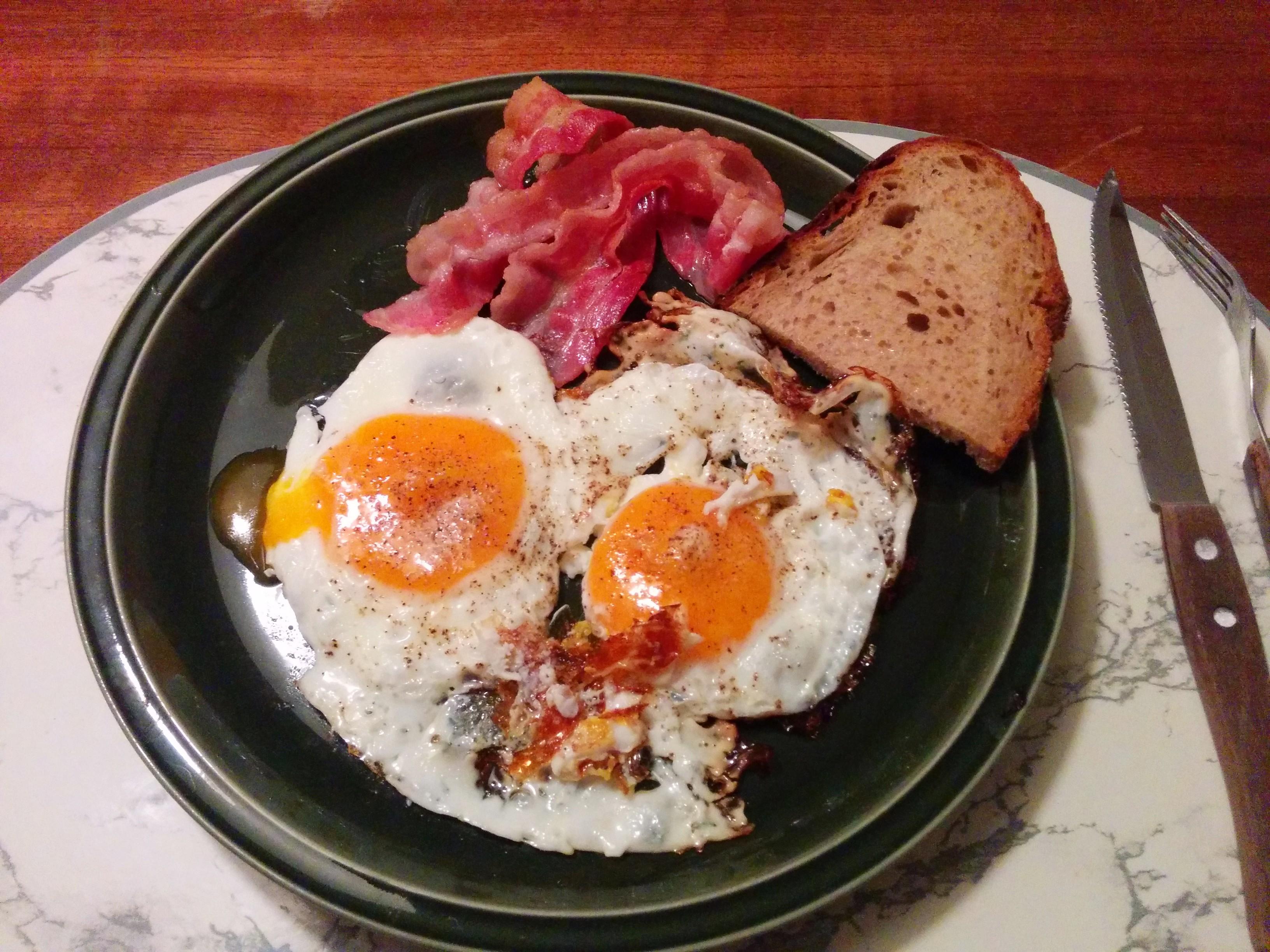 https://foodloader.net/nico_2014-03-24_spiegeleier-mit-bacon-und-brot.jpg