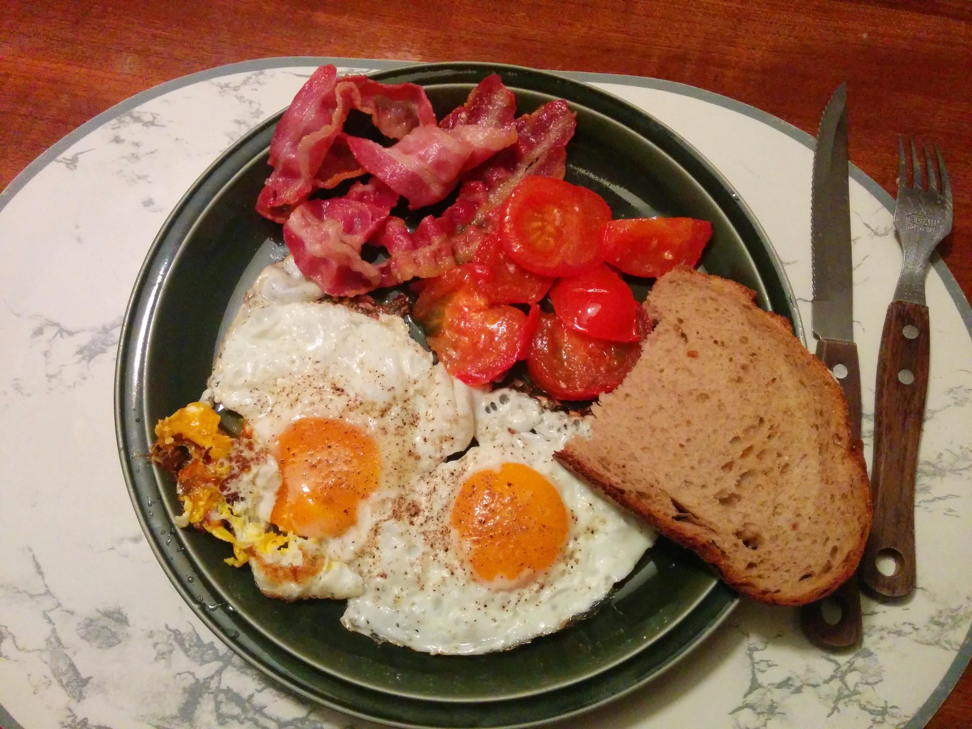 https://foodloader.net/nico_2014-03-25_spiegeleier-mit-bacon-tomate-und-brot.jpg