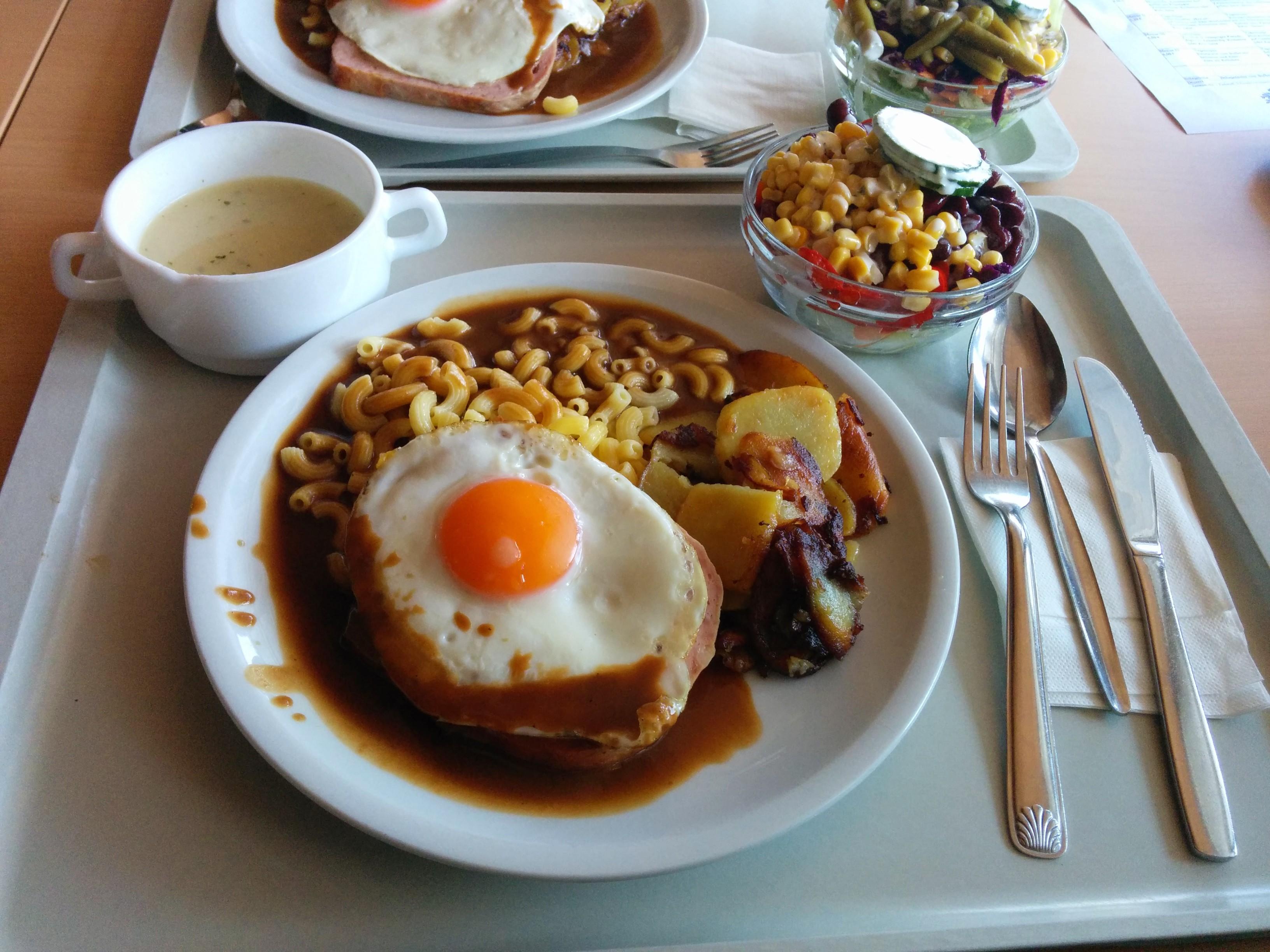 https://foodloader.net/nico_2014-03-28_fleischkaese-mit-bratkartoffeln-nudeln-spiegelei-suppe-und-salat.jpg