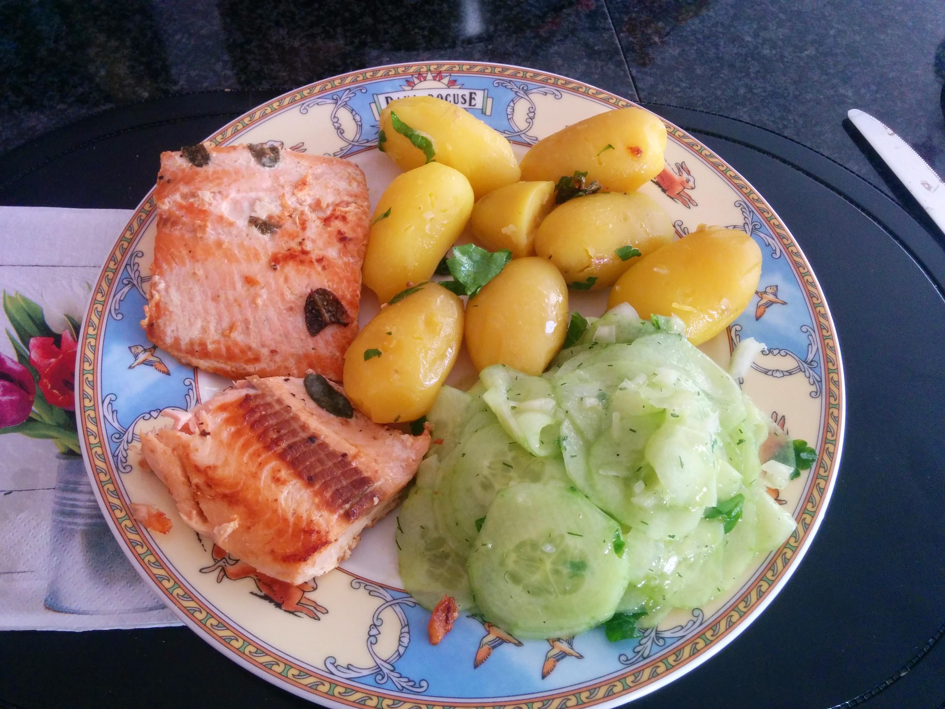 https://foodloader.net/nico_2014-03-30_wildlachs-mit-kartoffeln-und-gurkensalat.jpg