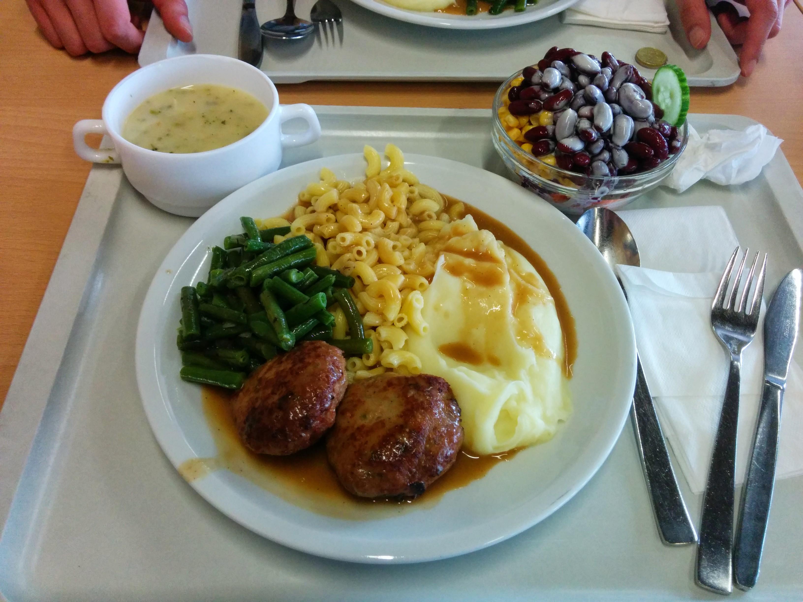 https://foodloader.net/nico_2014-04-04_frikadellen-mit-nudeln-kartoffelpueree-suppe-und-salat.jpg