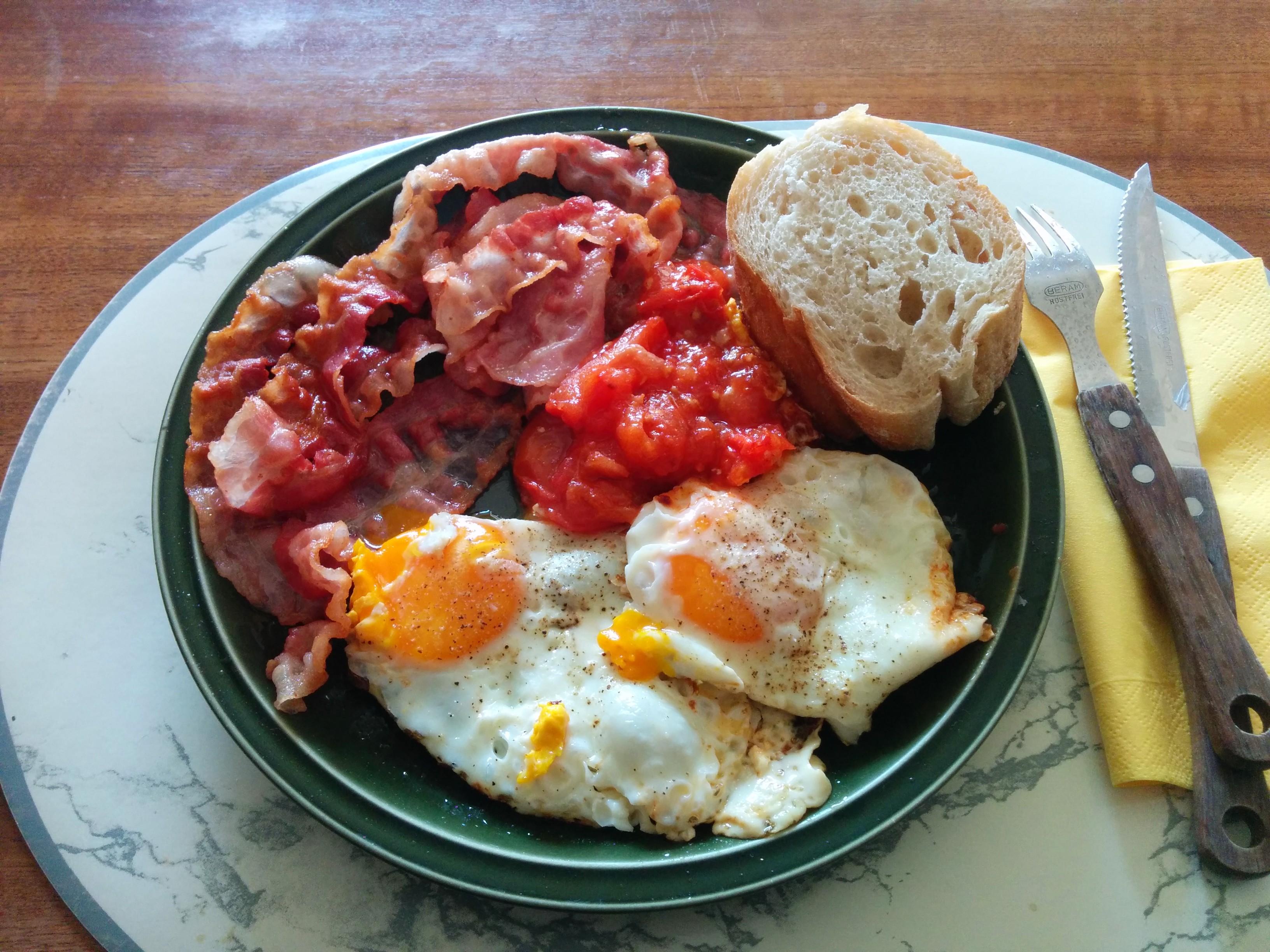 https://foodloader.net/nico_2014-04-06_spiegeleier-mit-speck-tomate-und-brot.jpg