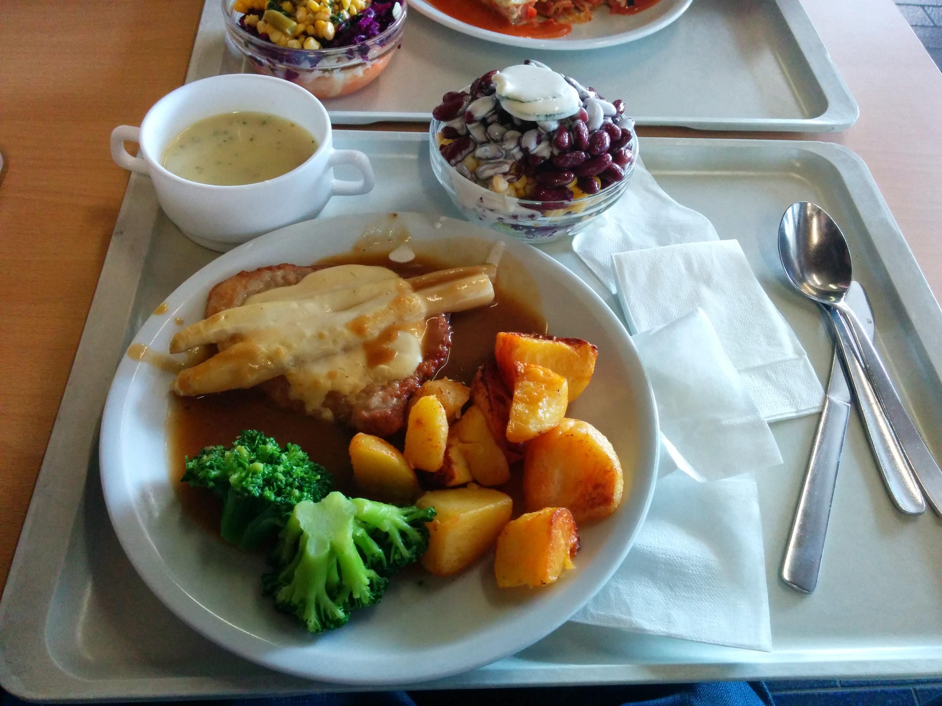 http://foodloader.net/nico_2014-04-16_rueckensteak-mit-spargel-kartoffeln-suppe-und-salat.jpg