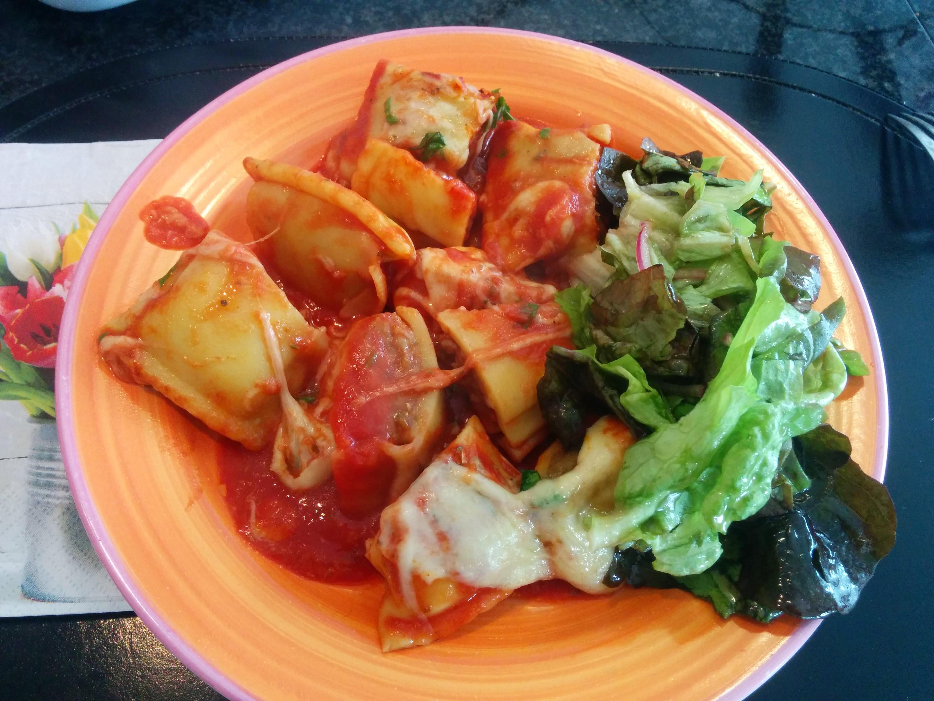 https://foodloader.net/nico_2014-04-19_maultaschen-ueberbacken-mit-tomatensauce-und-mozzarella-und-salat.jpg