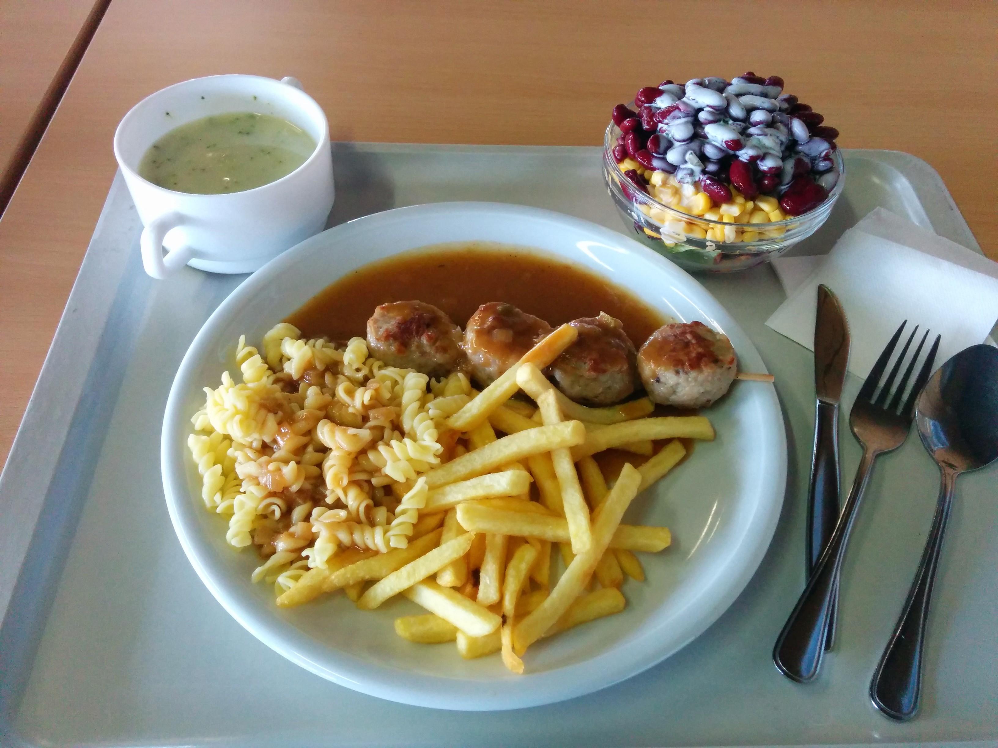 https://foodloader.net/nico_2014-04-22_frikadellenspiess-mit-pommes-nudeln-suppe-und-salat.jpg