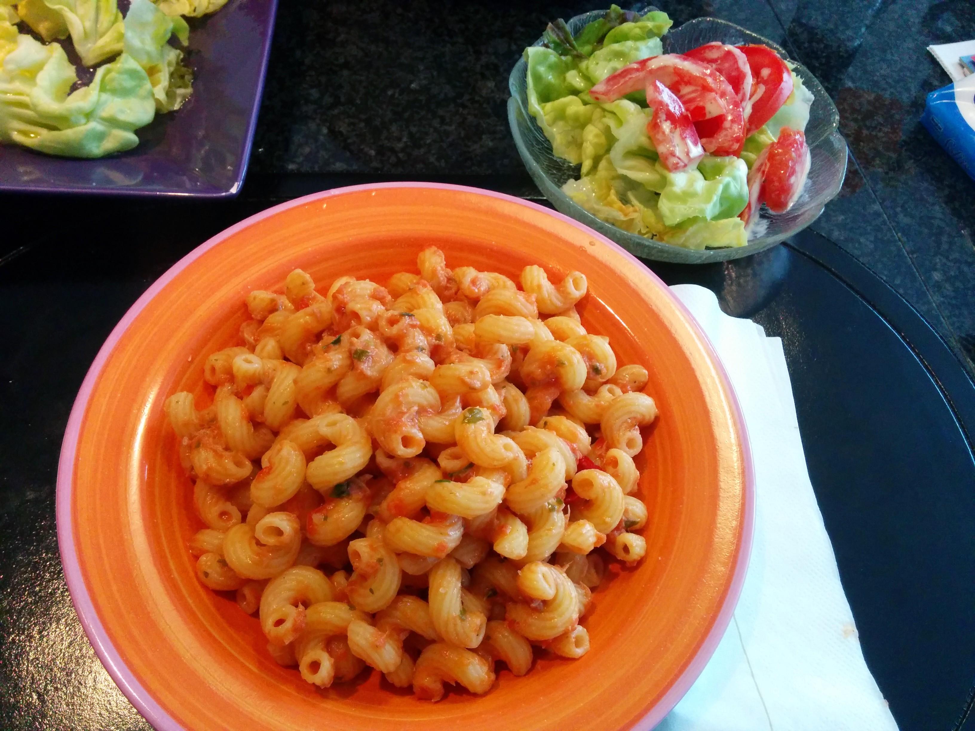 https://foodloader.net/nico_2014-05-03_nudeln-mit-thunfisch-tomaten-sauce-und-salat.jpg