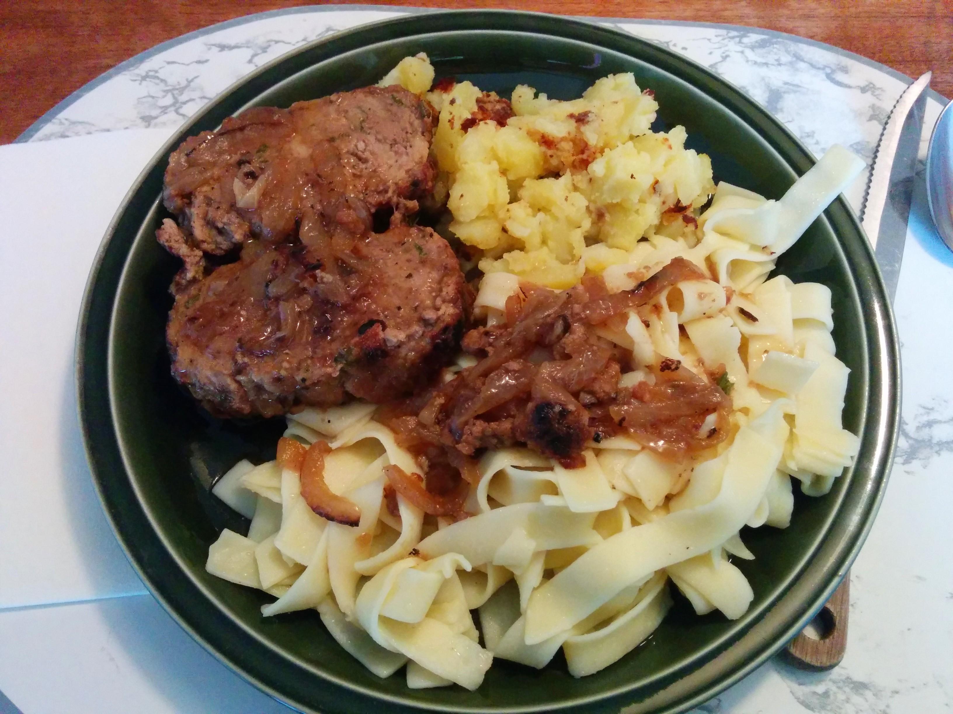 https://foodloader.net/nico_2014-05-21_hackbraten-mit-nudeln-und-bratkartoffeln.jpg