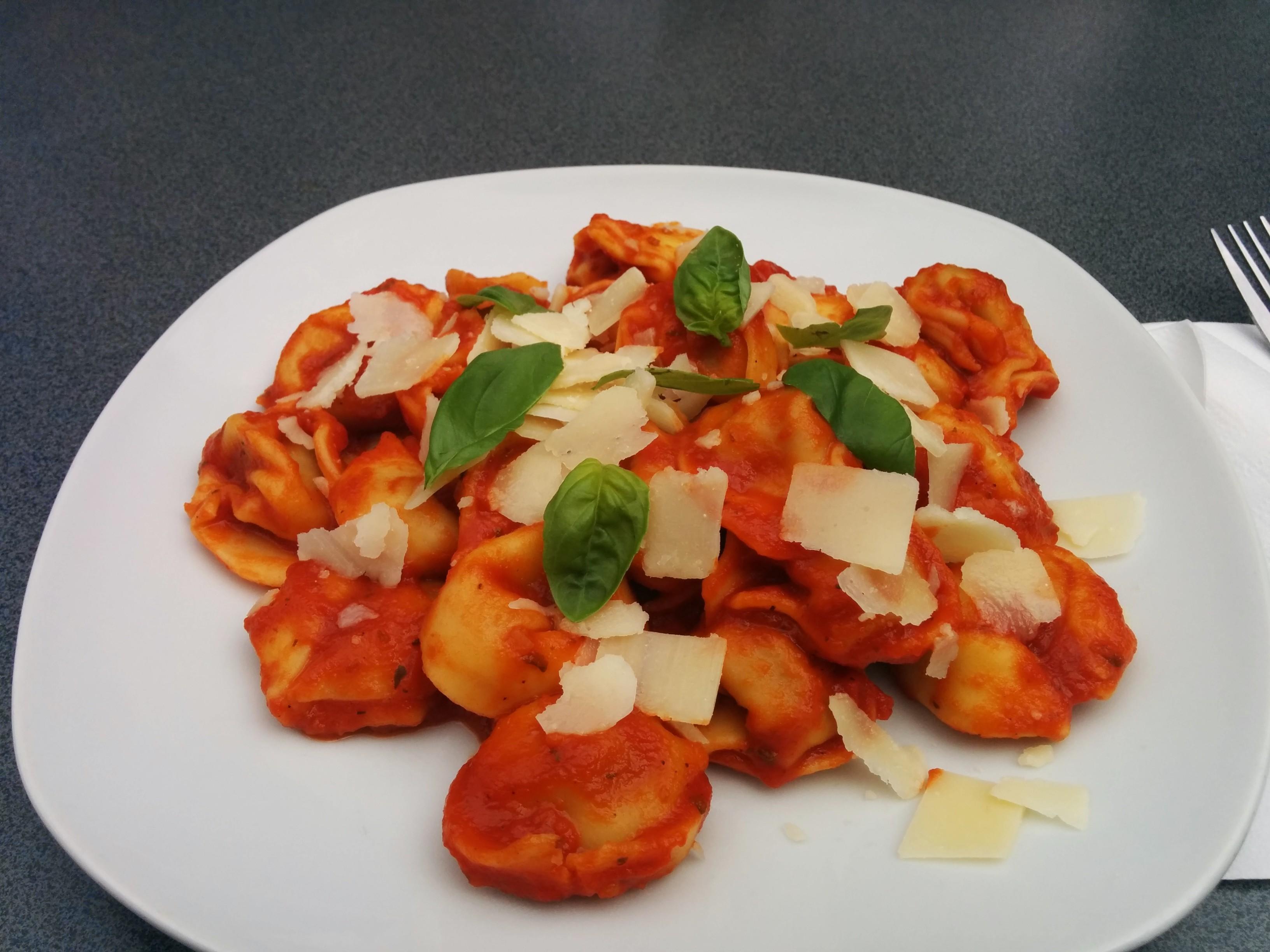 https://foodloader.net/nico_2014-05-23_tortelloni-mit-tomatensauce-und-parmesan.jpg