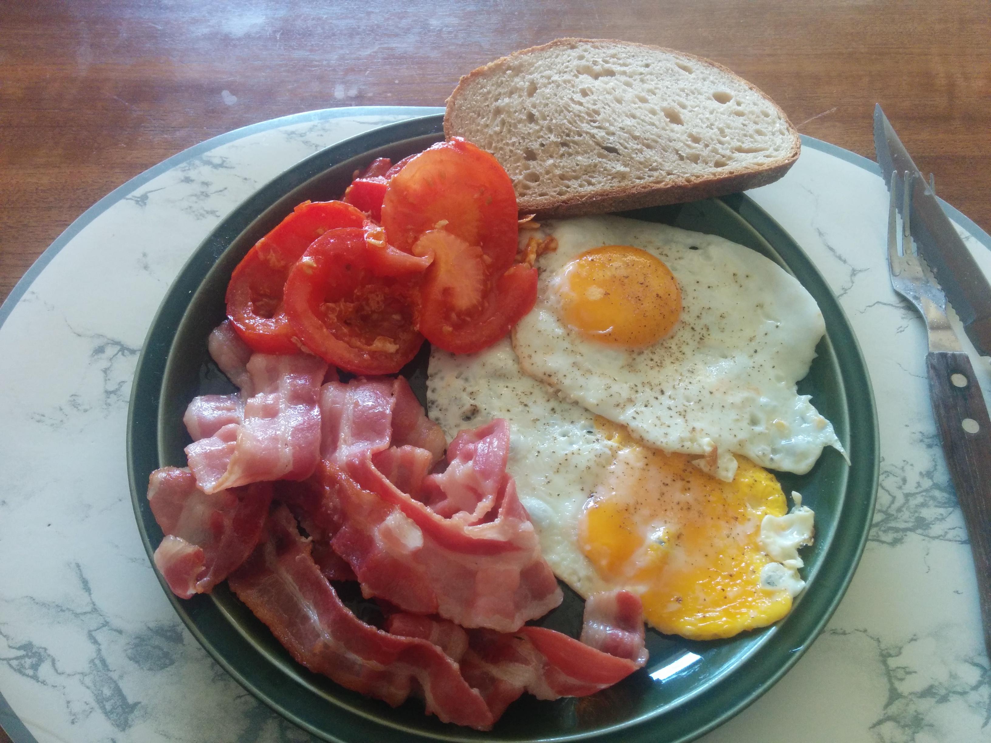 https://foodloader.net/nico_2014-06-07_spiegeleier-mit-speck-tomate-und-brot.jpg
