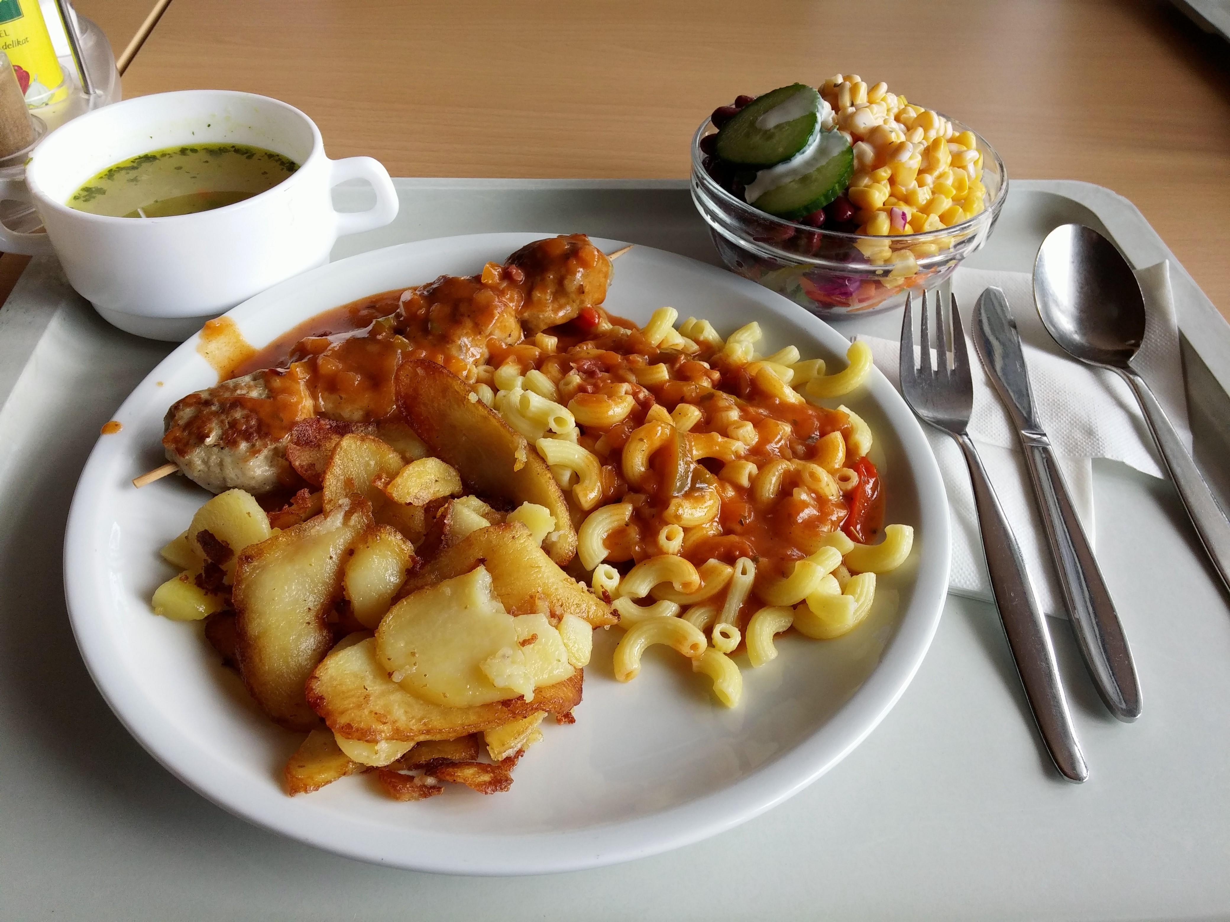 https://foodloader.net/nico_2014-07-14_frikadellenspiess-mit-nudeln-bratkartoffeln-suppe-und-salat.jpg