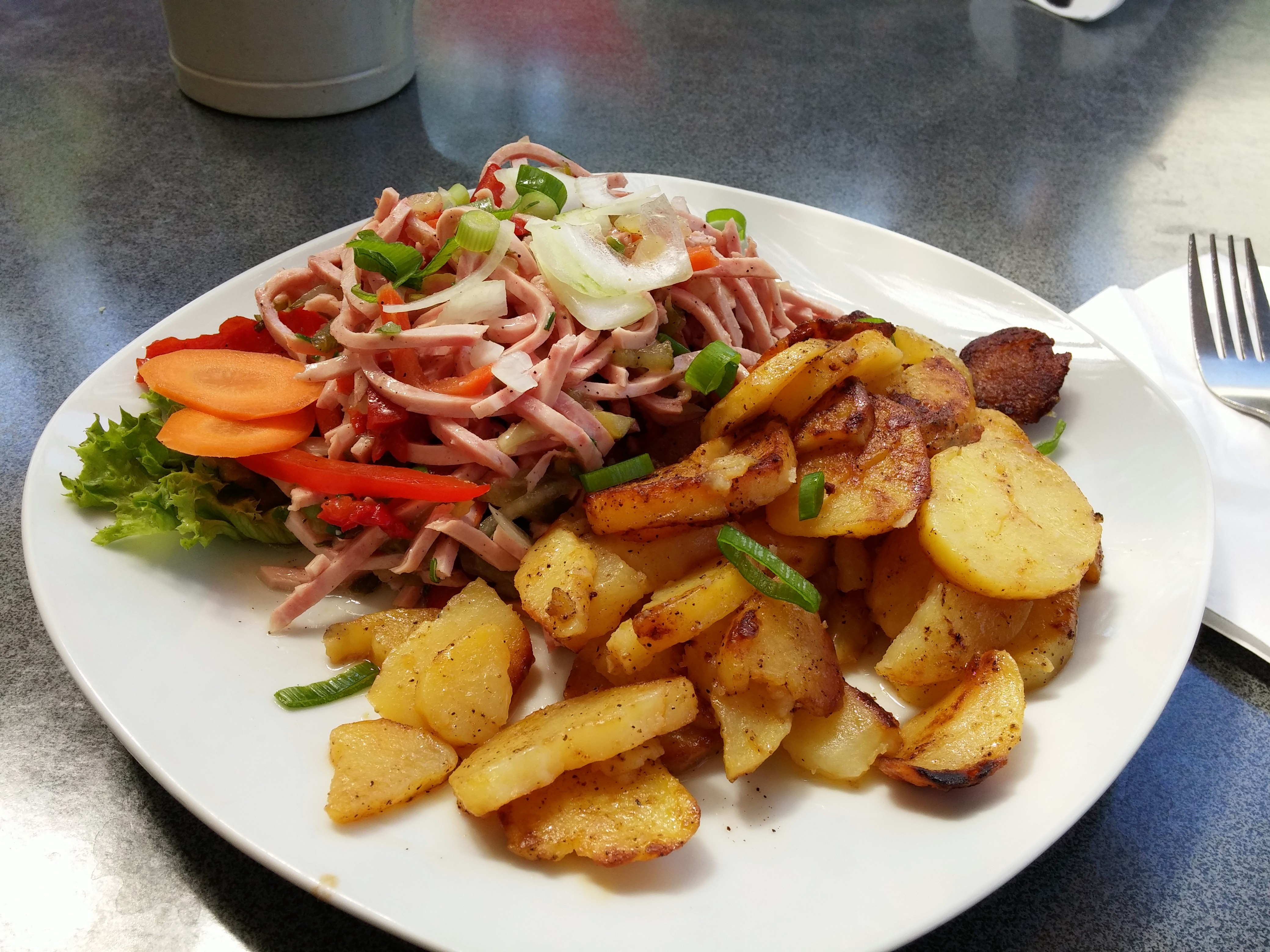 https://foodloader.net/nico_2014-07-17_wurstsalat-mit-bratkartoffeln.jpg