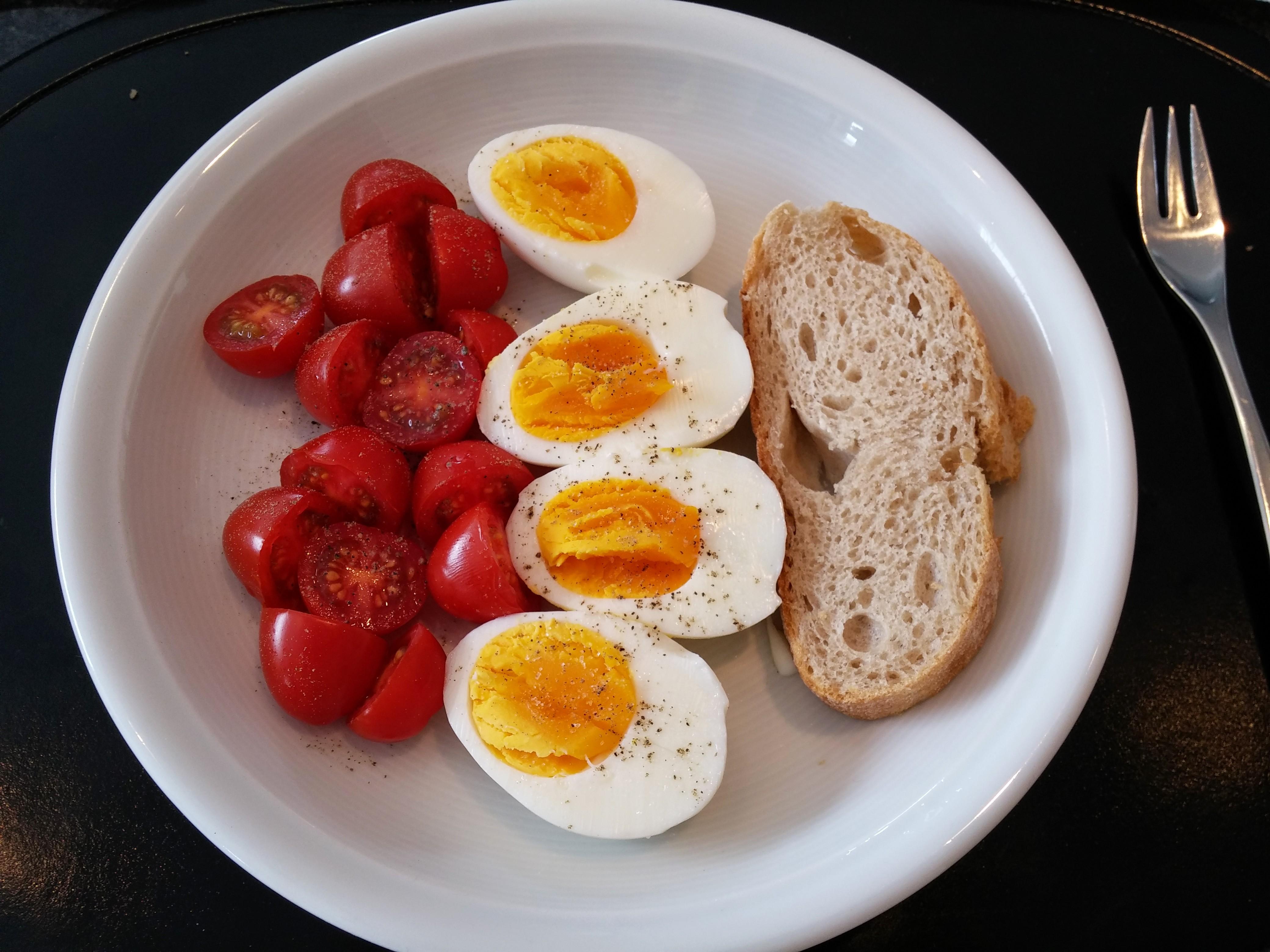 https://foodloader.net/nico_2014-07-27_hartgekochte-eier-mit-tomaten-und-brot.jpg