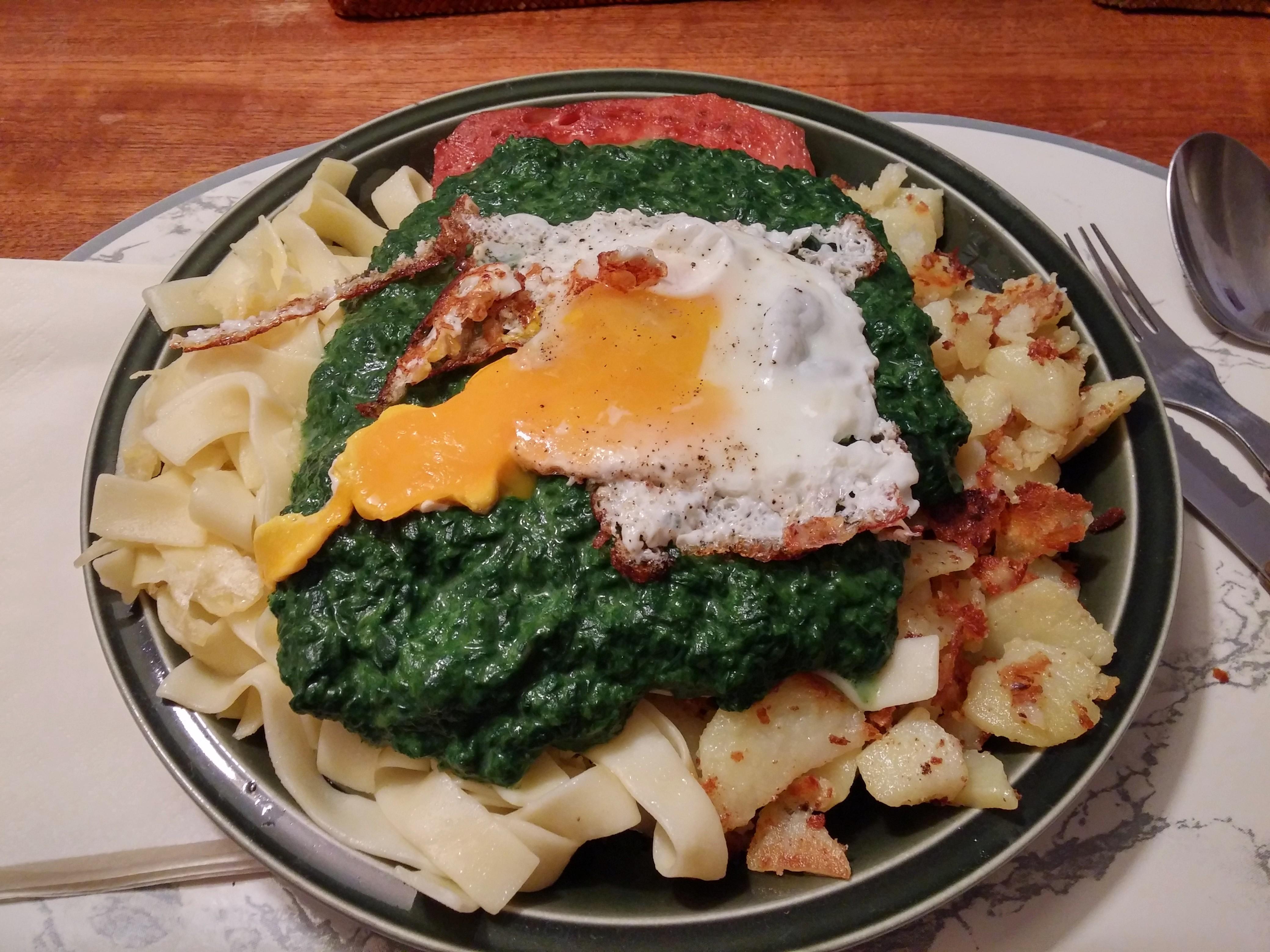https://foodloader.net/nico_2014-08-06_zwiebelfleischkaese-mit-nudeln-bratkartoffeln-spinat-und-spiegelei.jpg