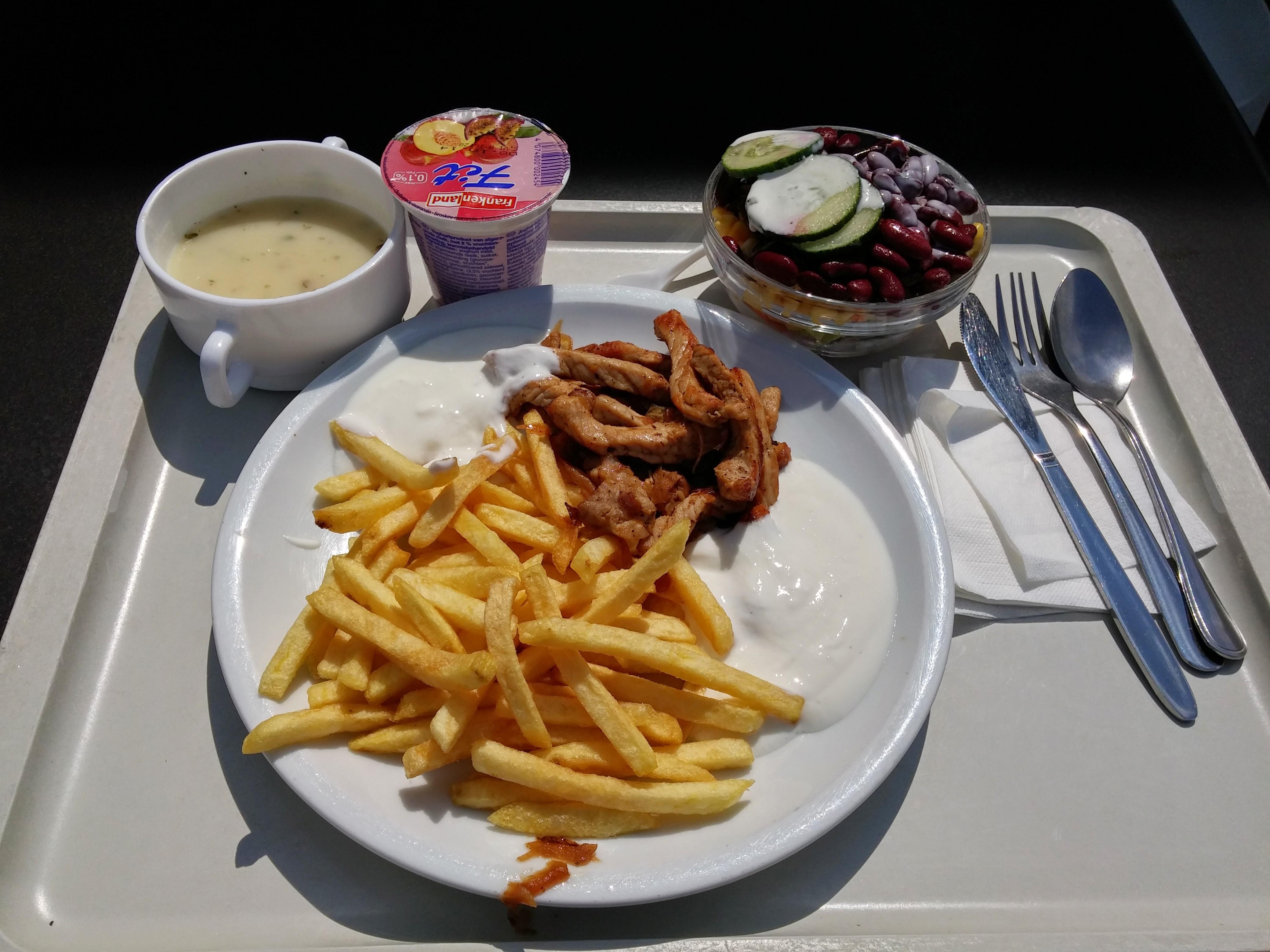 https://foodloader.net/nico_2014-08-07_gyros-mit-pommes-tzatziki-suppe-salat-und-joghurt.jpg