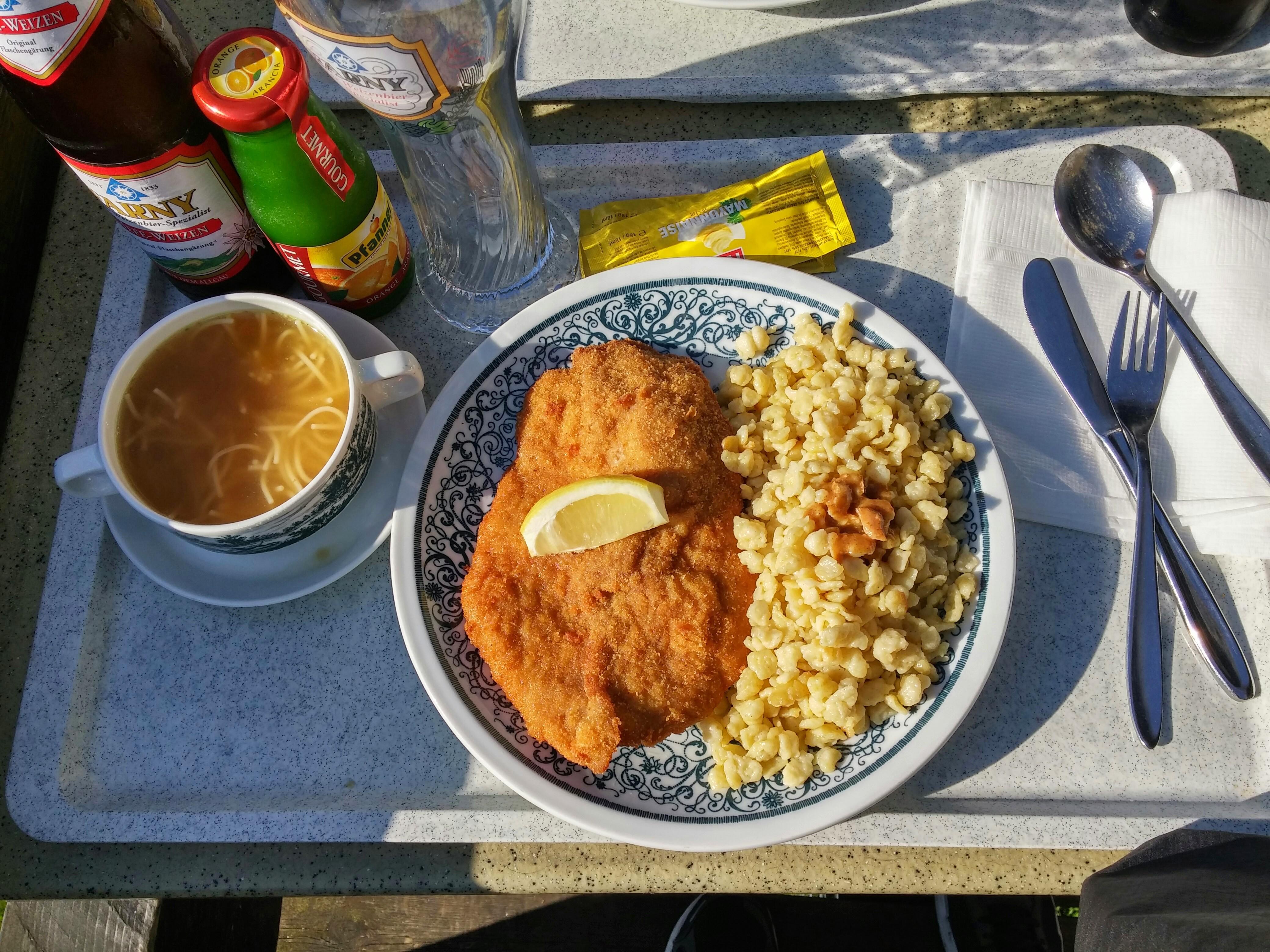 http://foodloader.net/nico_2014-08-09_nudelsuppe-und-paniertes-schnitzel-mit-knoepfle.jpg