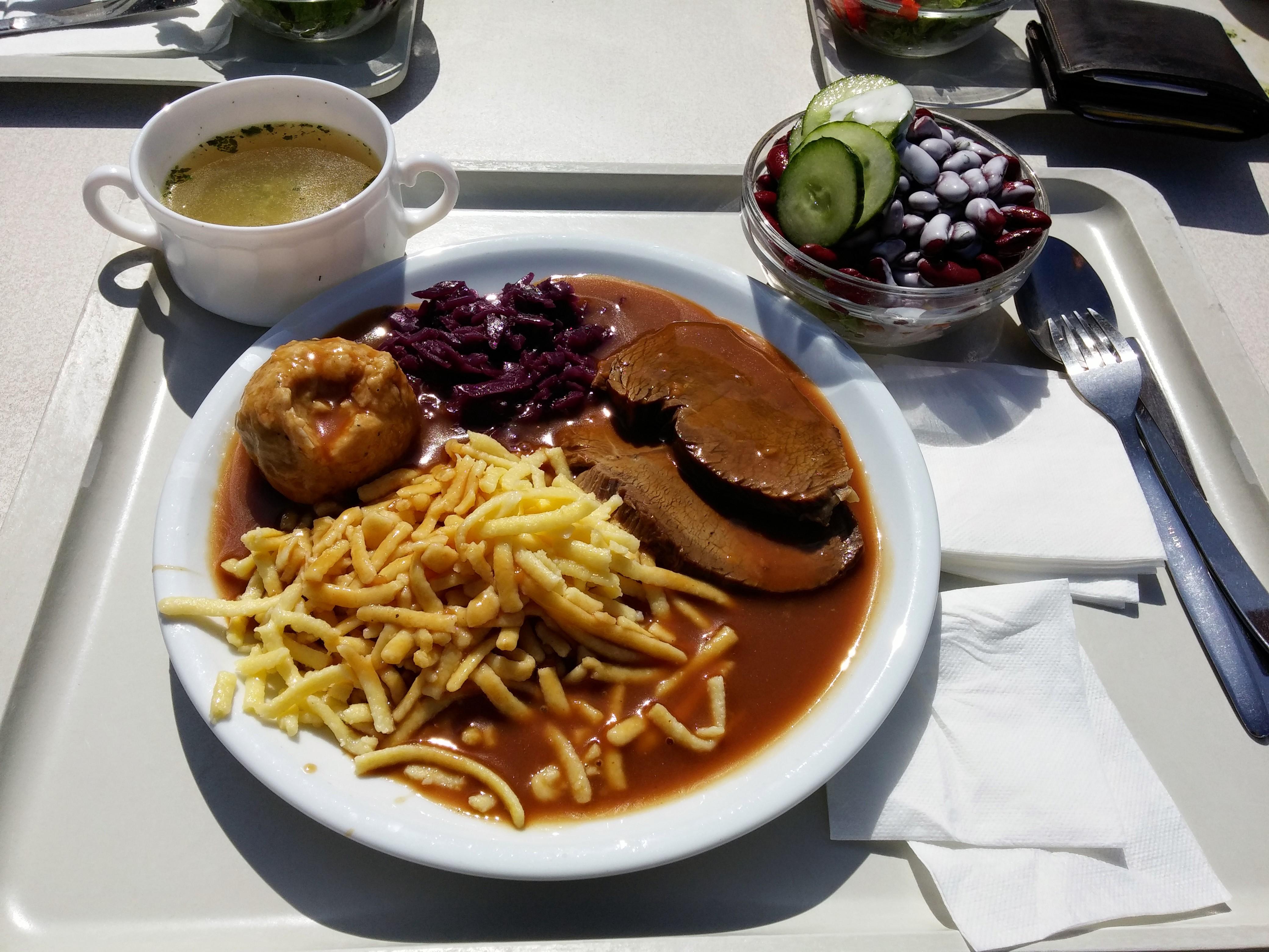 http://foodloader.net/nico_2014-08-20_sauerbraten-mit-spaetzle-knoedel-rotkraut-suppe-und-salat.jpg