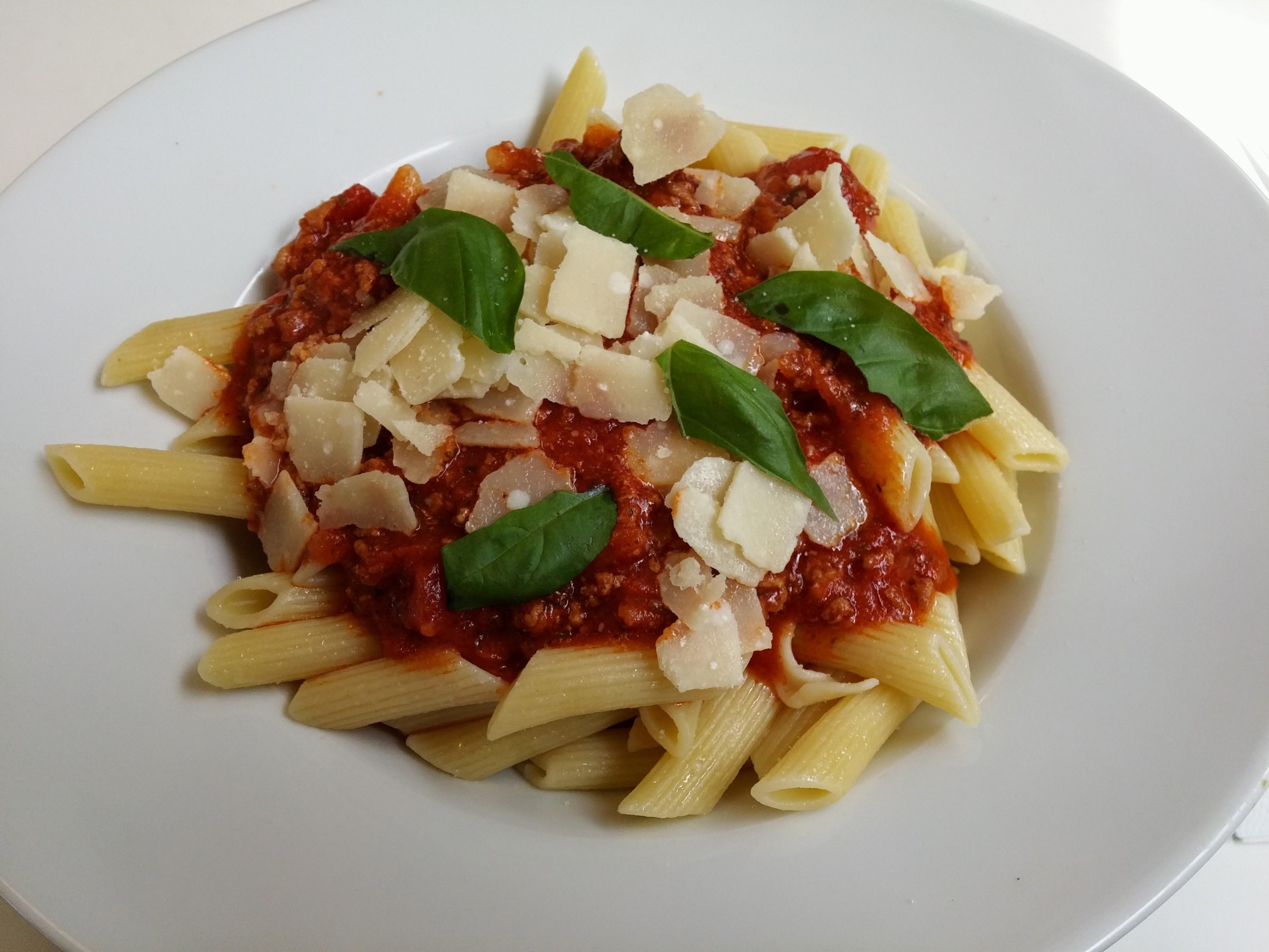 https://foodloader.net/nico_2014-08-25_penne-bolognese-mit-parmesan.jpg