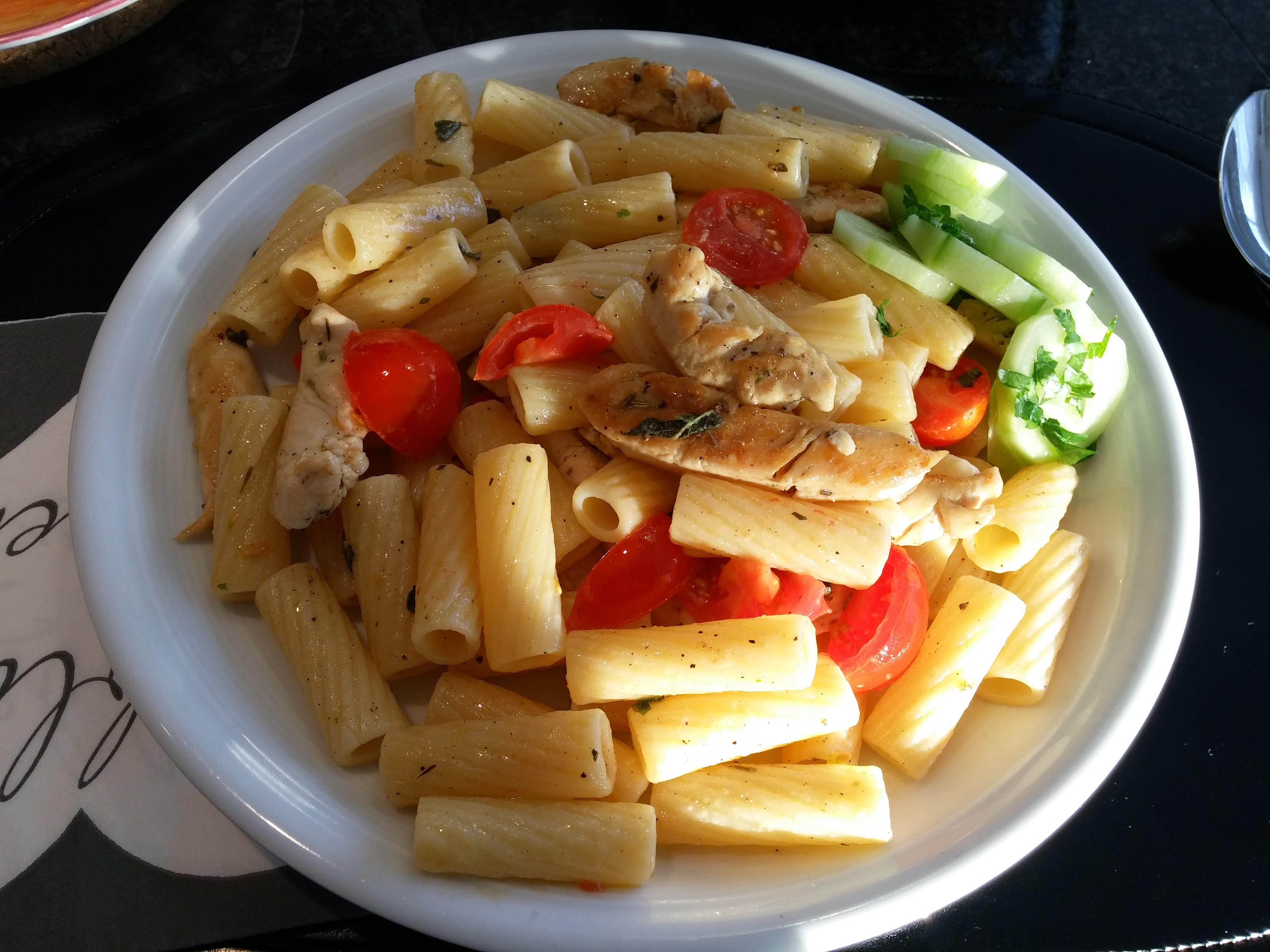 https://foodloader.net/nico_2014-09-07_rigatoni-mit-huehnchen-und-tomate-in-salbeibutter.jpg