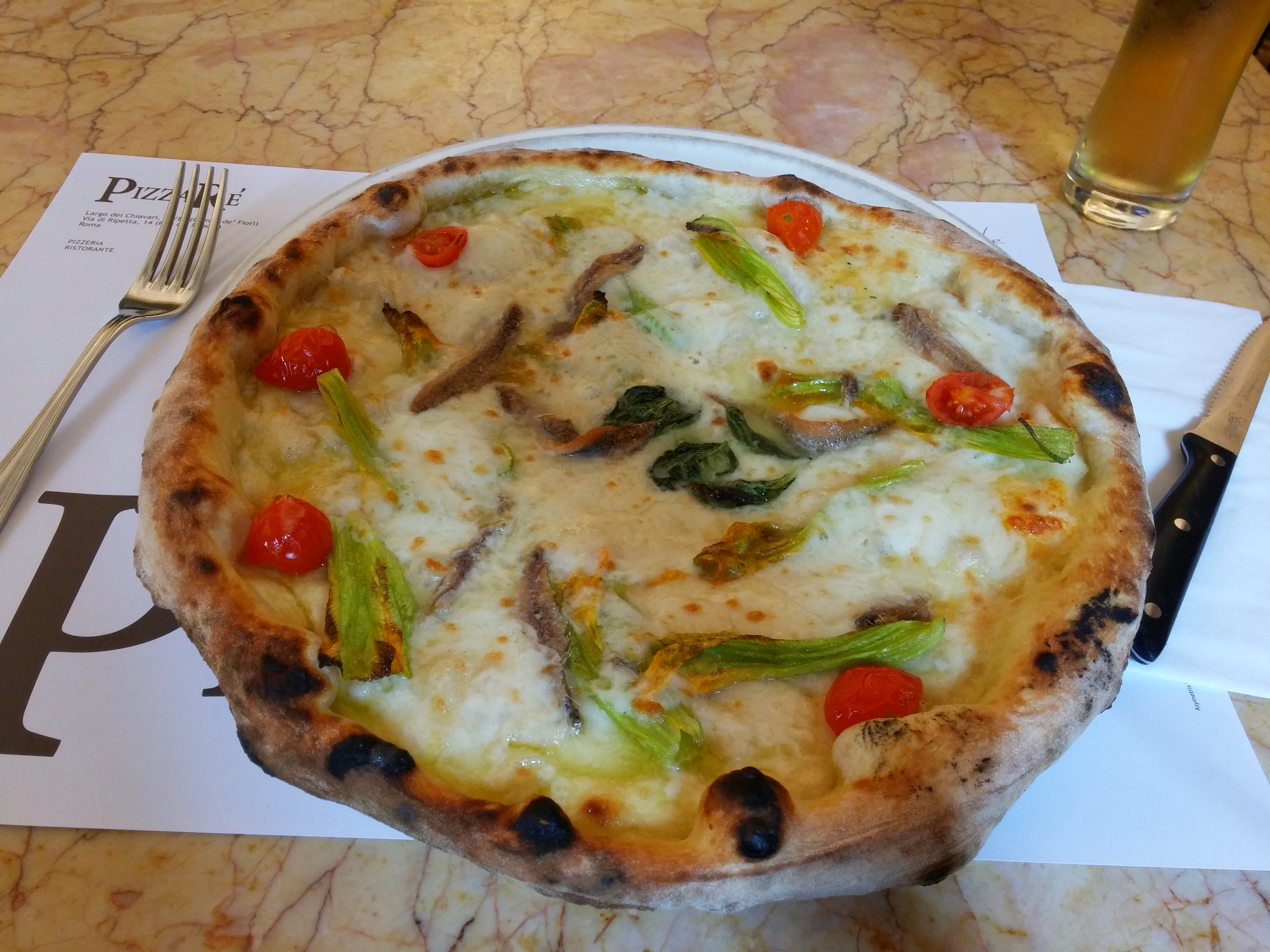 https://foodloader.net/nico_2014-09-17_pizza-bianco-mit-anchovies-tomaten-und-zucchiniblueten.jpg
