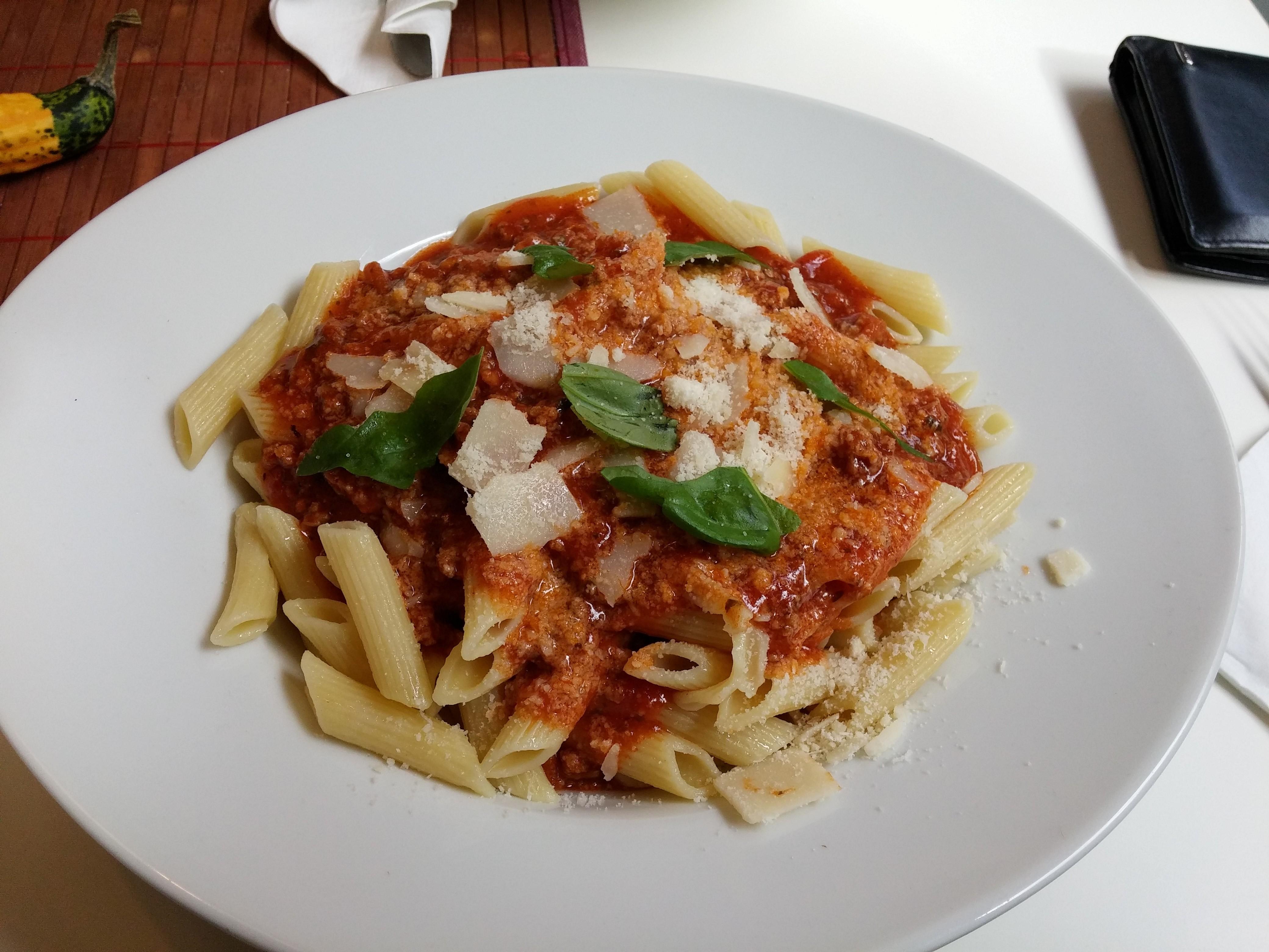 https://foodloader.net/nico_2014-09-23_penne-bolognese-mit-parmesan.jpg