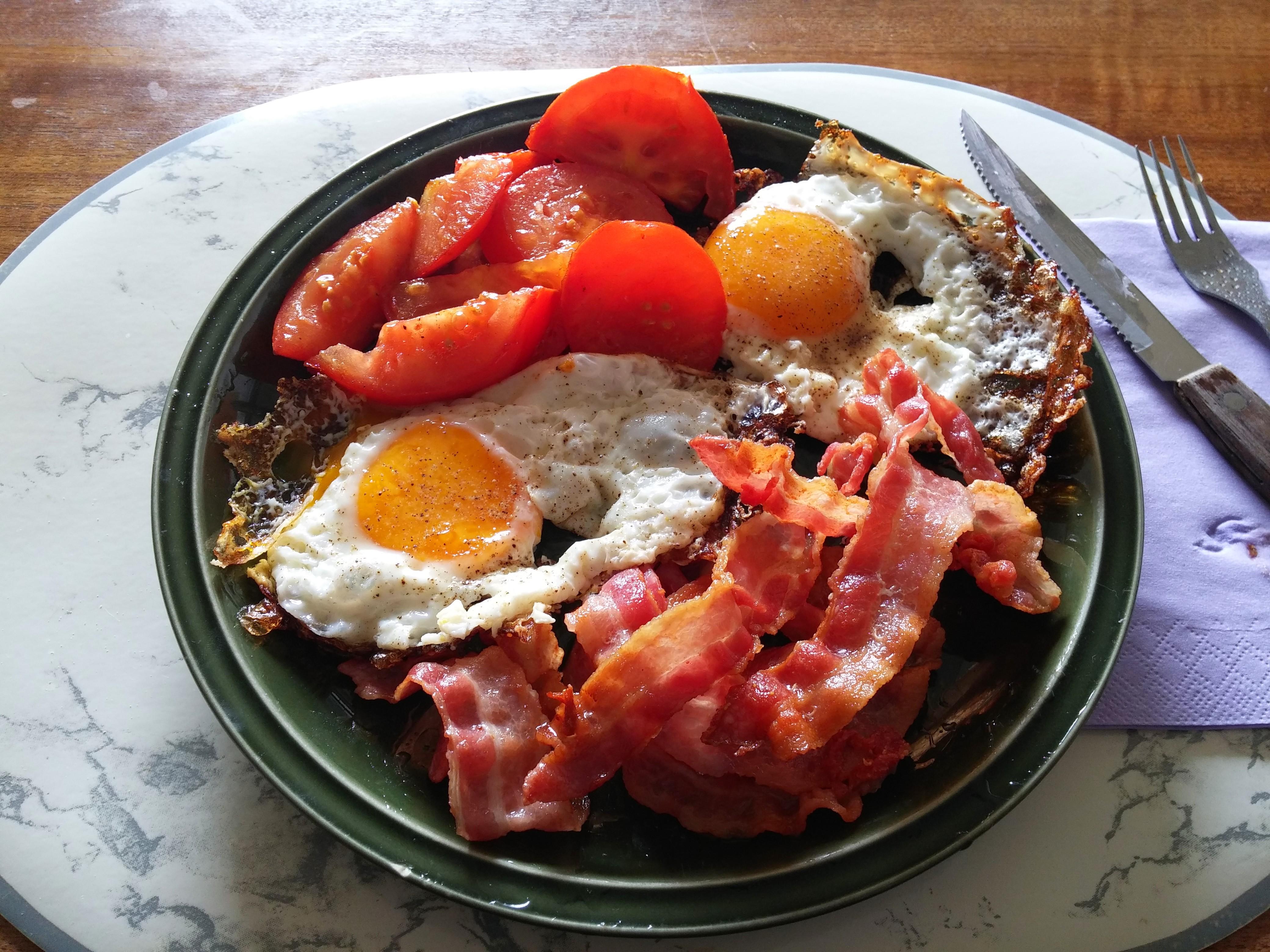 https://foodloader.net/nico_2014-10-05_spiegeleier-mit-bacon-und-tomate.jpg