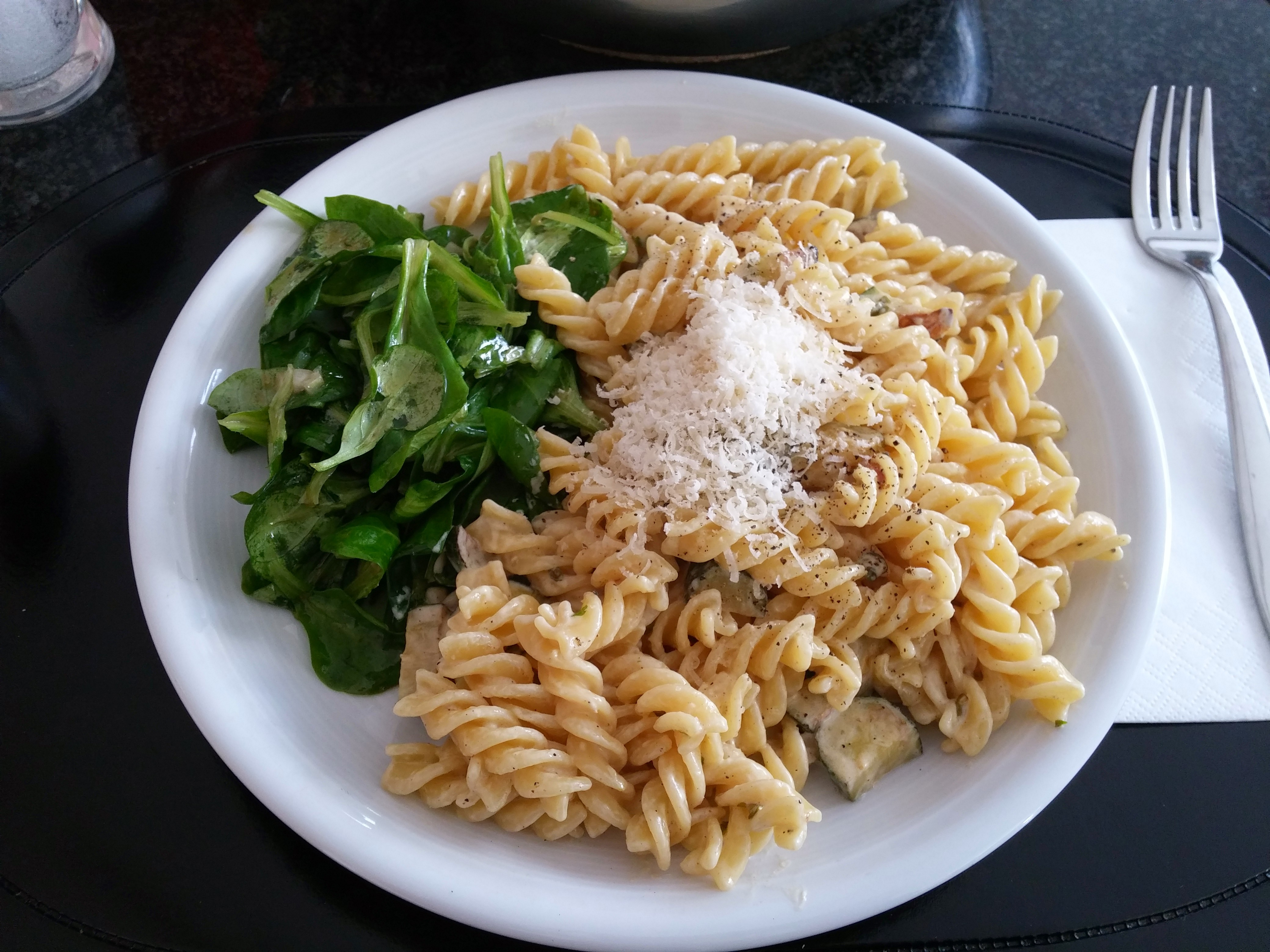 https://foodloader.net/nico_2014-10-11_fuslilli-mit-zucchini-sahne-sauce-und-ackersalat.jpg